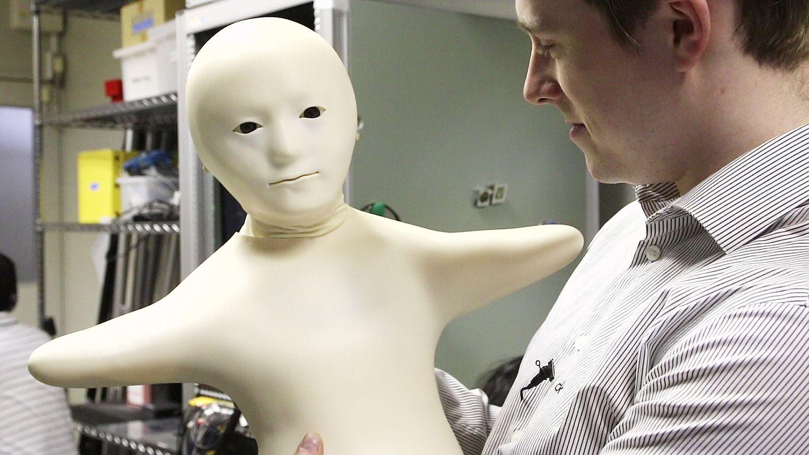 Telenoid er et annet av robotprosjektene som styres fra ATR.Foto: Hardware.no