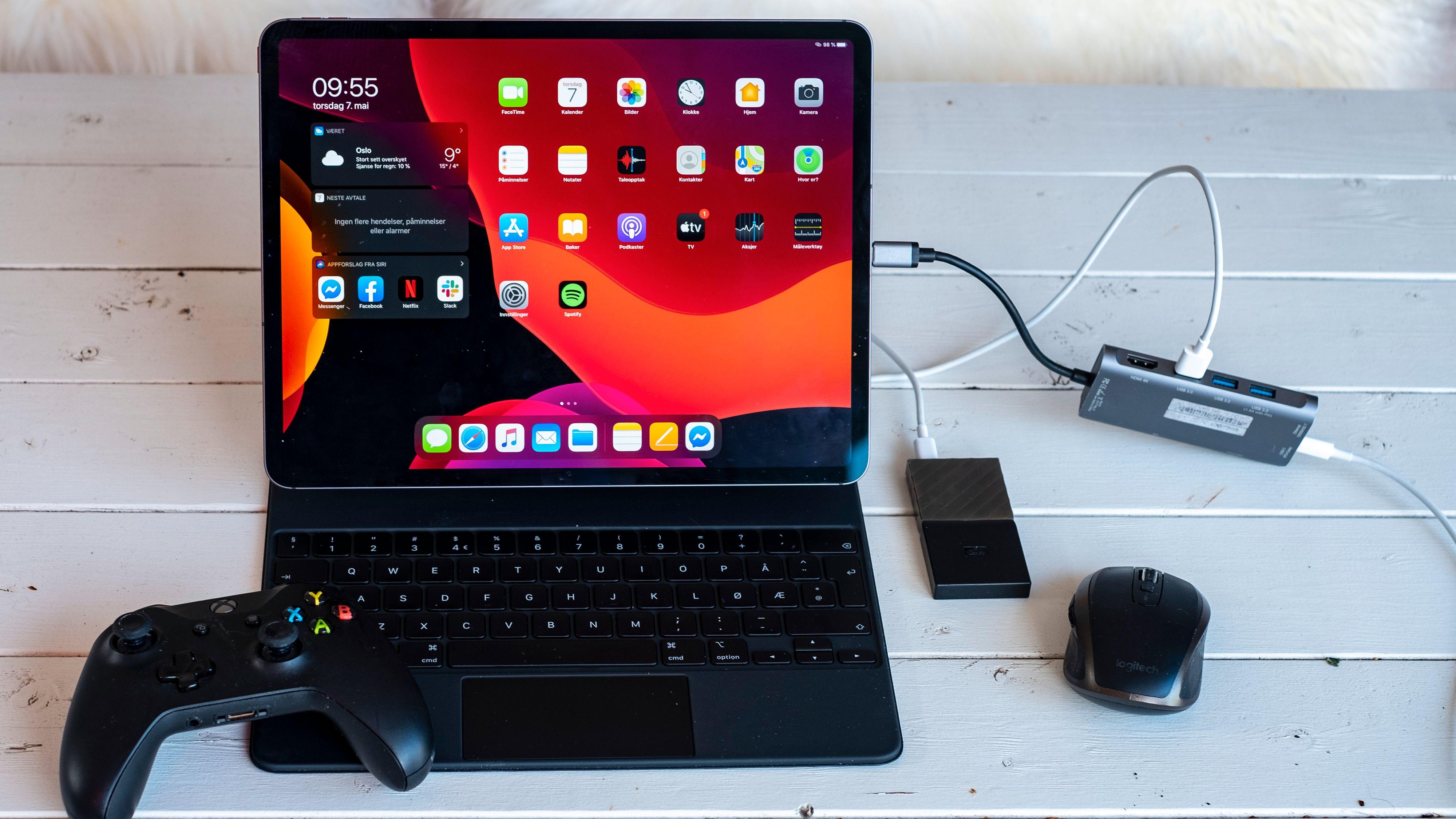En langt billigere og mer fleksibel løsning er å bruke ekstern mus, USB-splitter og Apples eget Smart Keyboard.