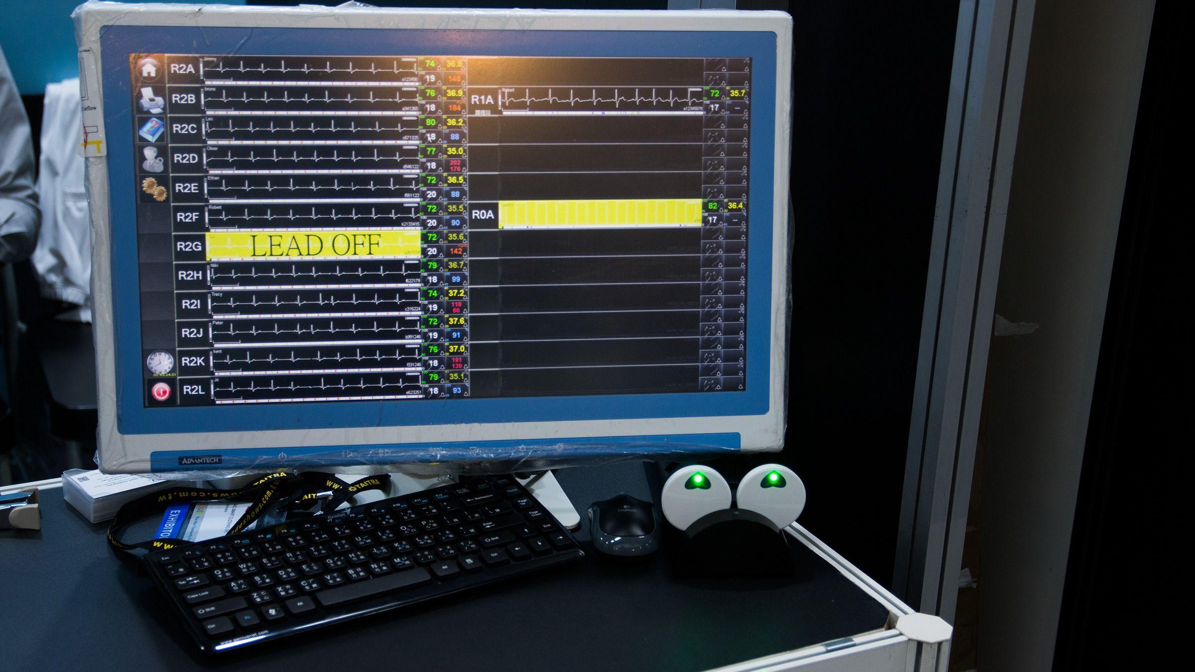 Alle de AiQ-ansatte på deres Computex-stand, representert ved informasjonen som klærne deres sender til en basestasjon. De to gule feltene kommer av sendere som er utenfor de 40 meters rekkevidde som AiQ tenker seg vil passe best for sykehus, hvor man kan ha stasjoner utplassert med overlappende rekkevidder.Foto: Varg Aamo, Hardware.no