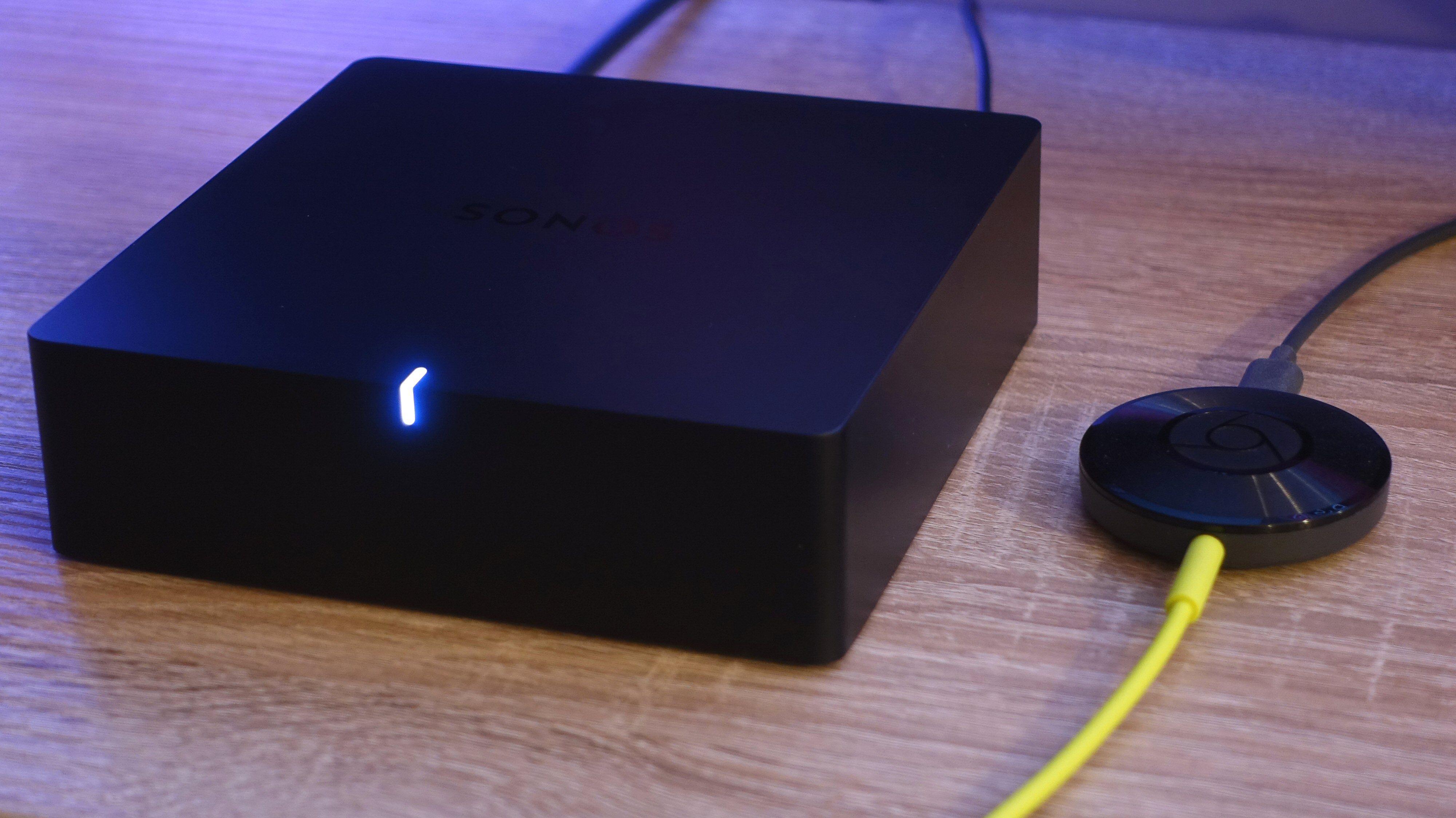 Sonos Port ved siden av en Chromecast Audio.