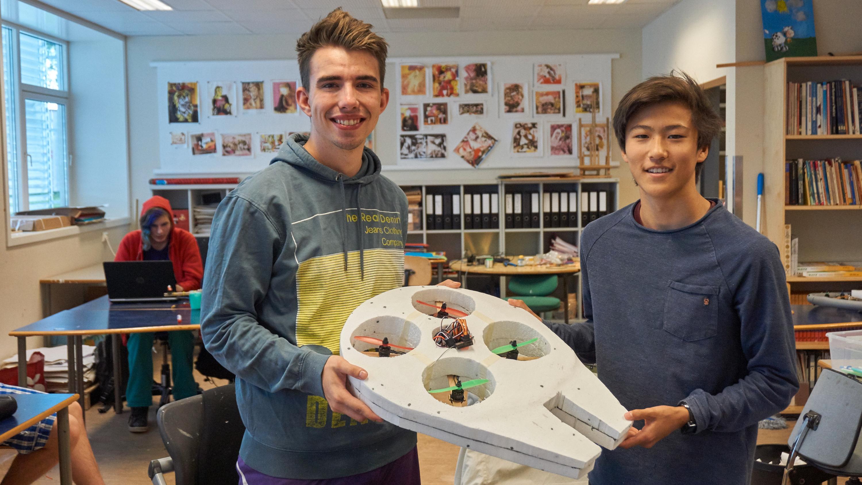 Vegard Elsetrønning (venstre) og Henrik Sparby Skjæret med Star Wars-dronen de hadde bygget selv.