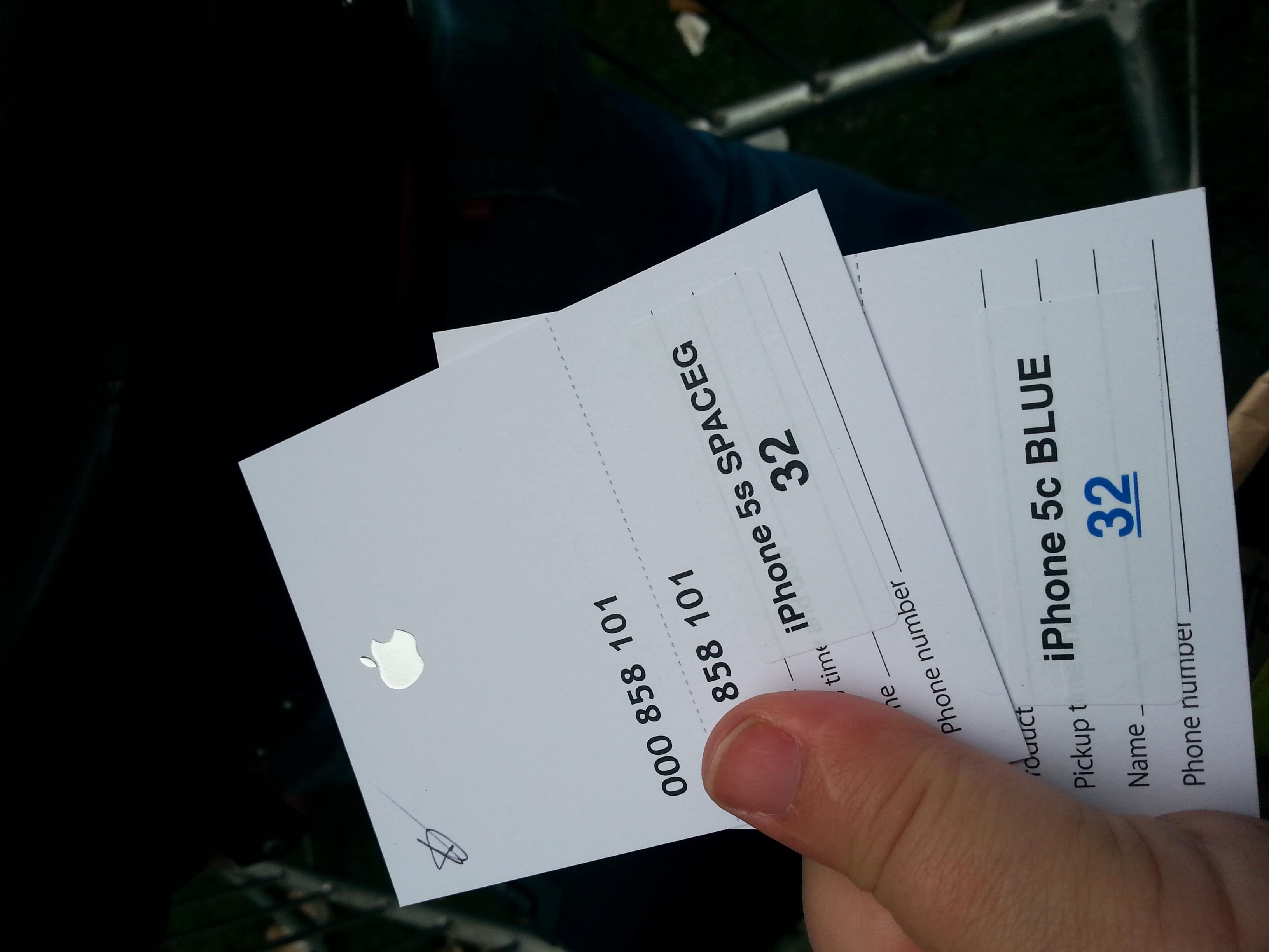 """Her har vi fått """"beviset"""" som skal sikre oss en iPhone 5S og en 5C når omsider kommer inn i butikken.Foto: Ida Oftebro, Mobilen.no"""