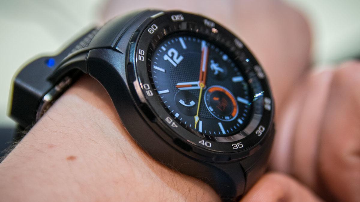 Flere av urskivene på Huawei Watch 2 minner om tradisjonelle, mekaniske klokker.