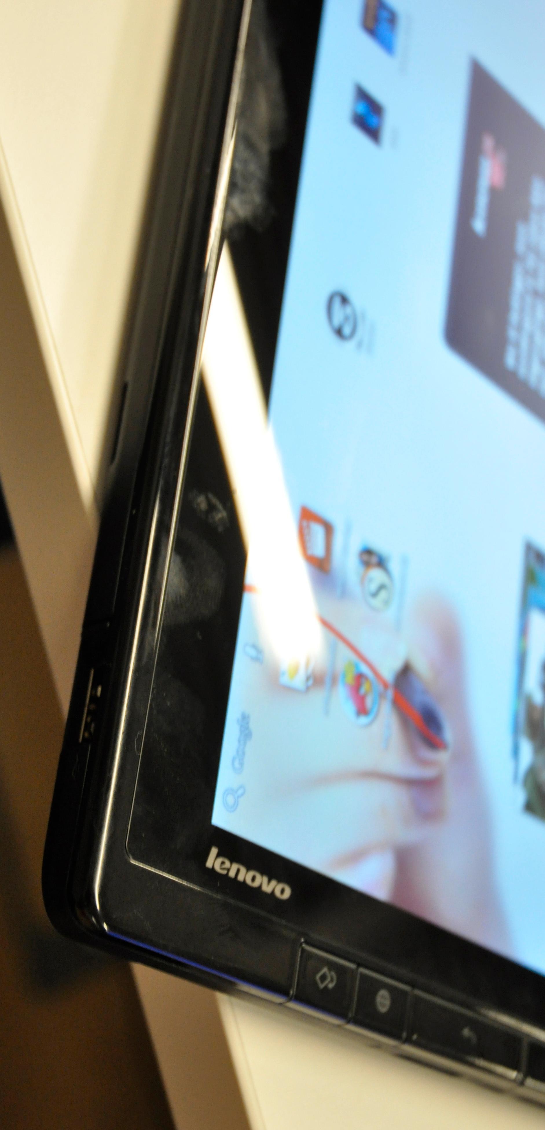 ThinkPad Tablet er ikke av de tynneste nettbrettene, men i forhold til hvor mye Lenovo har puttet inn i brettet oppleves likevel tykkelse og tyngde som akseptable.