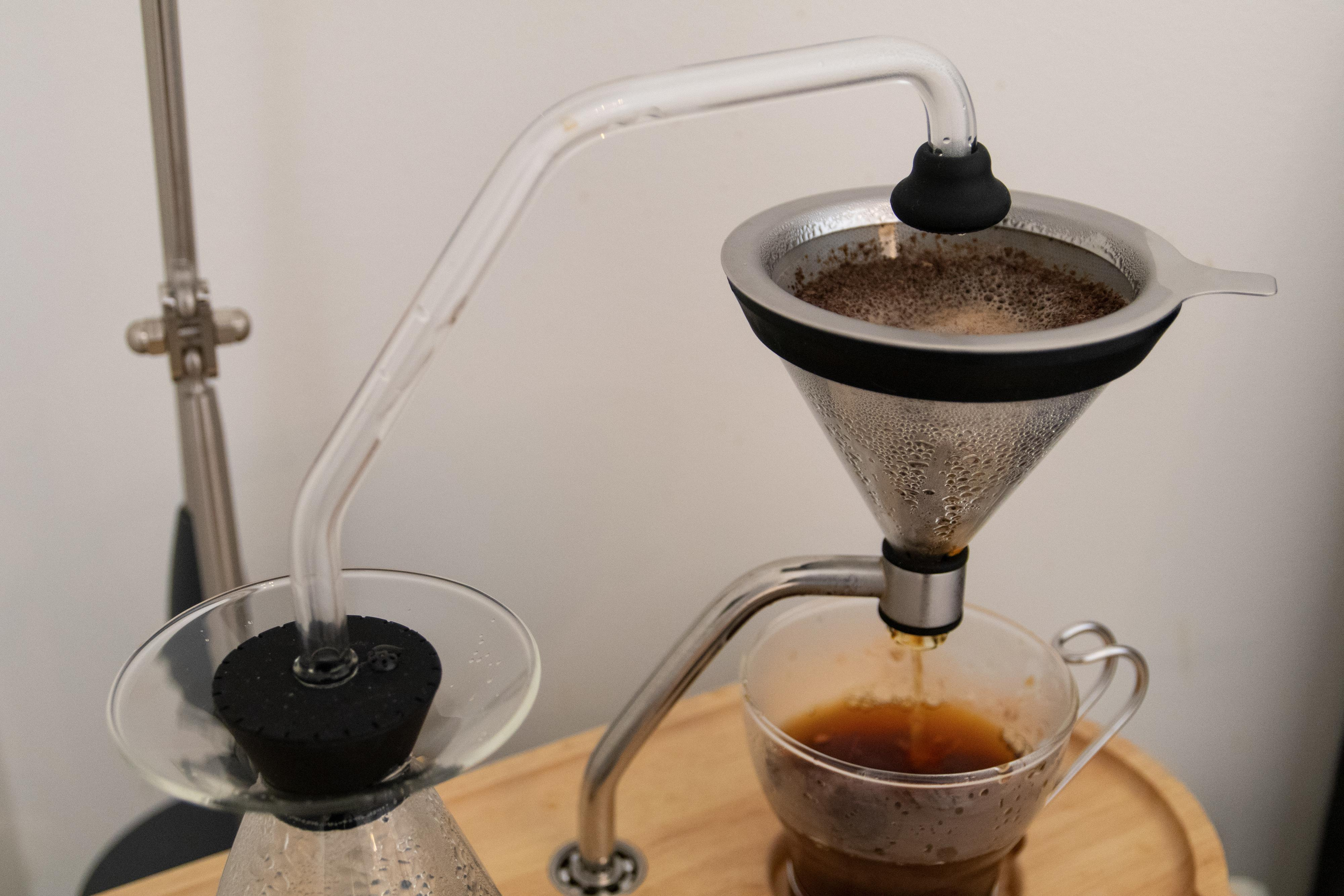 Økt trykk fører det kokende vannet over i bryggekurven.