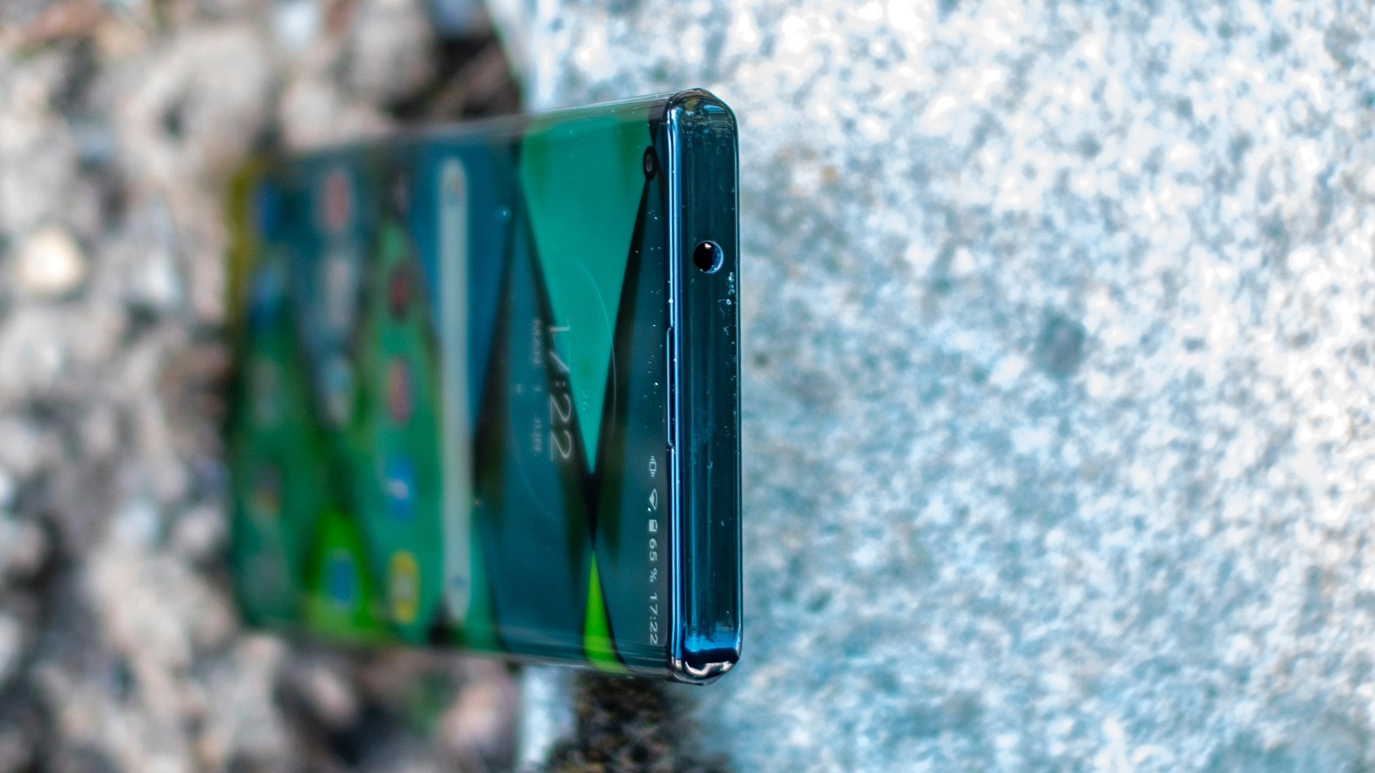 Ser du 'an? Den vesle hodetelefonkontakten er en truet dyreart nå, men både Moto Edge+ og Sonys Xperia 1ii er utstyrt med kontakten, så det finnes muligheter for deg som liker kablet lyd.
