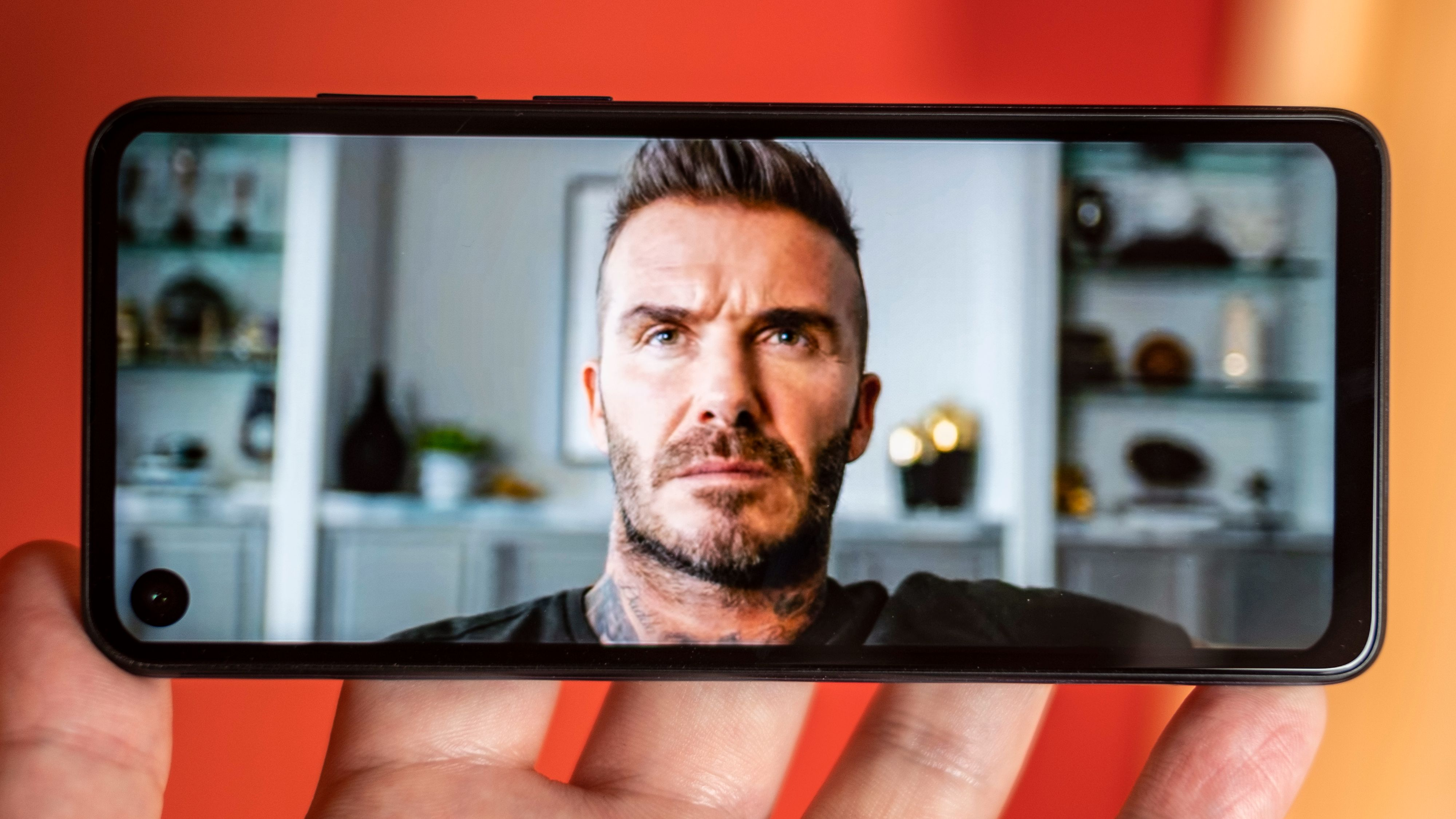 Slik kan 21:9-skjermen være på sitt beste. Deadpool-reklamen er i 21:9, og det lille av David Beckhams hårsveis som går utenom skjermen er ment å gjøre det. I Youtube får du også brukt hele skjermen når du vil.