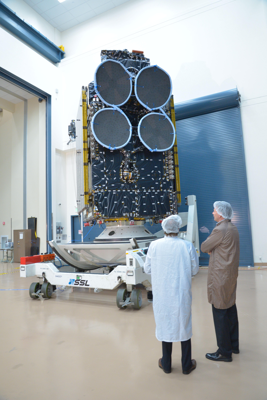 Thor 7 står klar til å bli sendt til oppskytningen, med antenner og solcellepaneler lagt inntil kroppen. Foto: SSL