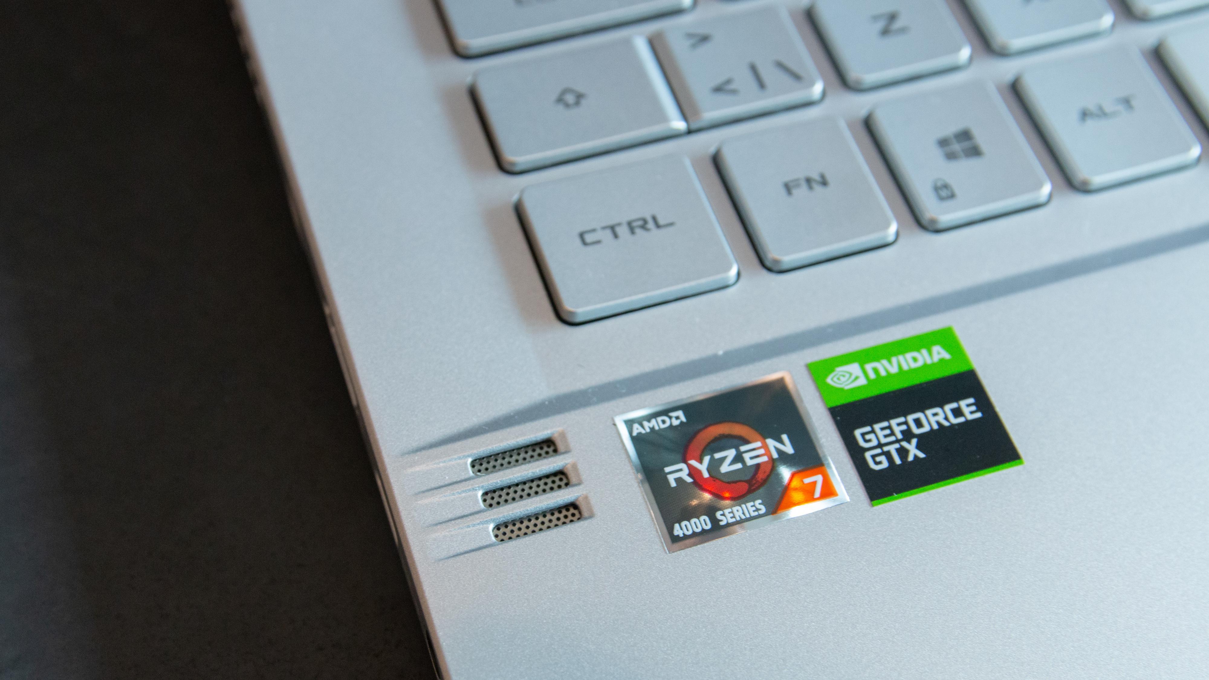 Høyttaler på hver side av tastaturet, og skjult flere mindre synlige steder i maskinen også.