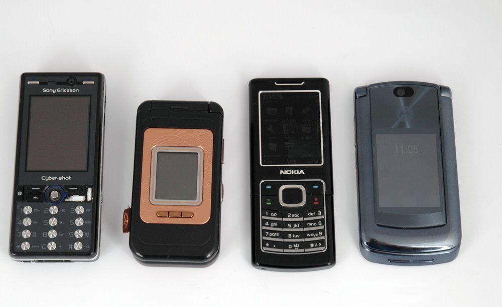 Fra venstre: Sony Ericsson K810i, Nokia 7390, Nokia 6500 Classic, Motorola Razr2 V8.
