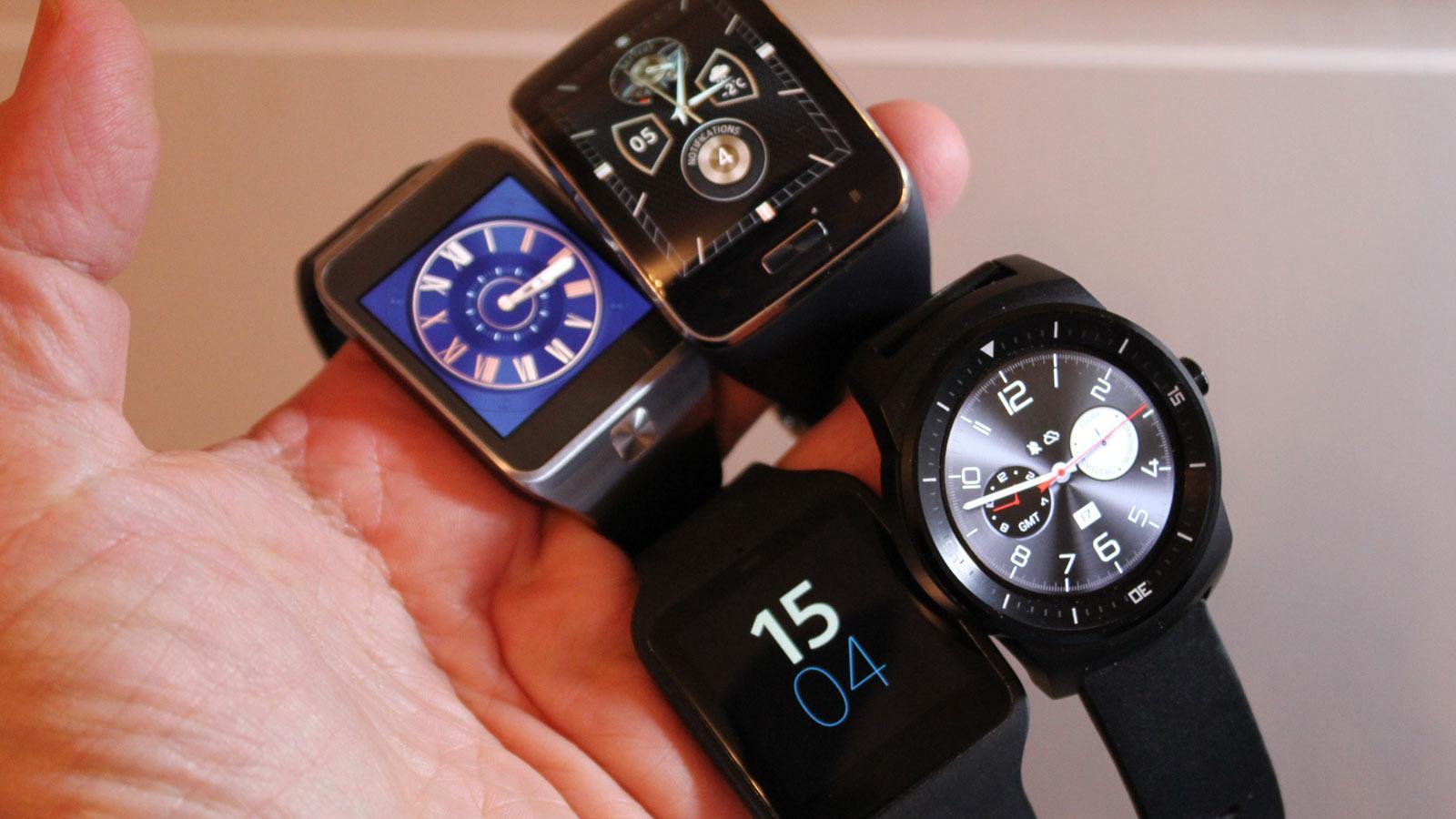 Her er Sony Smartwatch 4 og de tre hissigste konkurrentene. Øverst de to Samsungmodellene, nederst Sony SmartWatch 3 og LGs runde G Watch R.Foto: Espen Irwing Swang, Tek.no