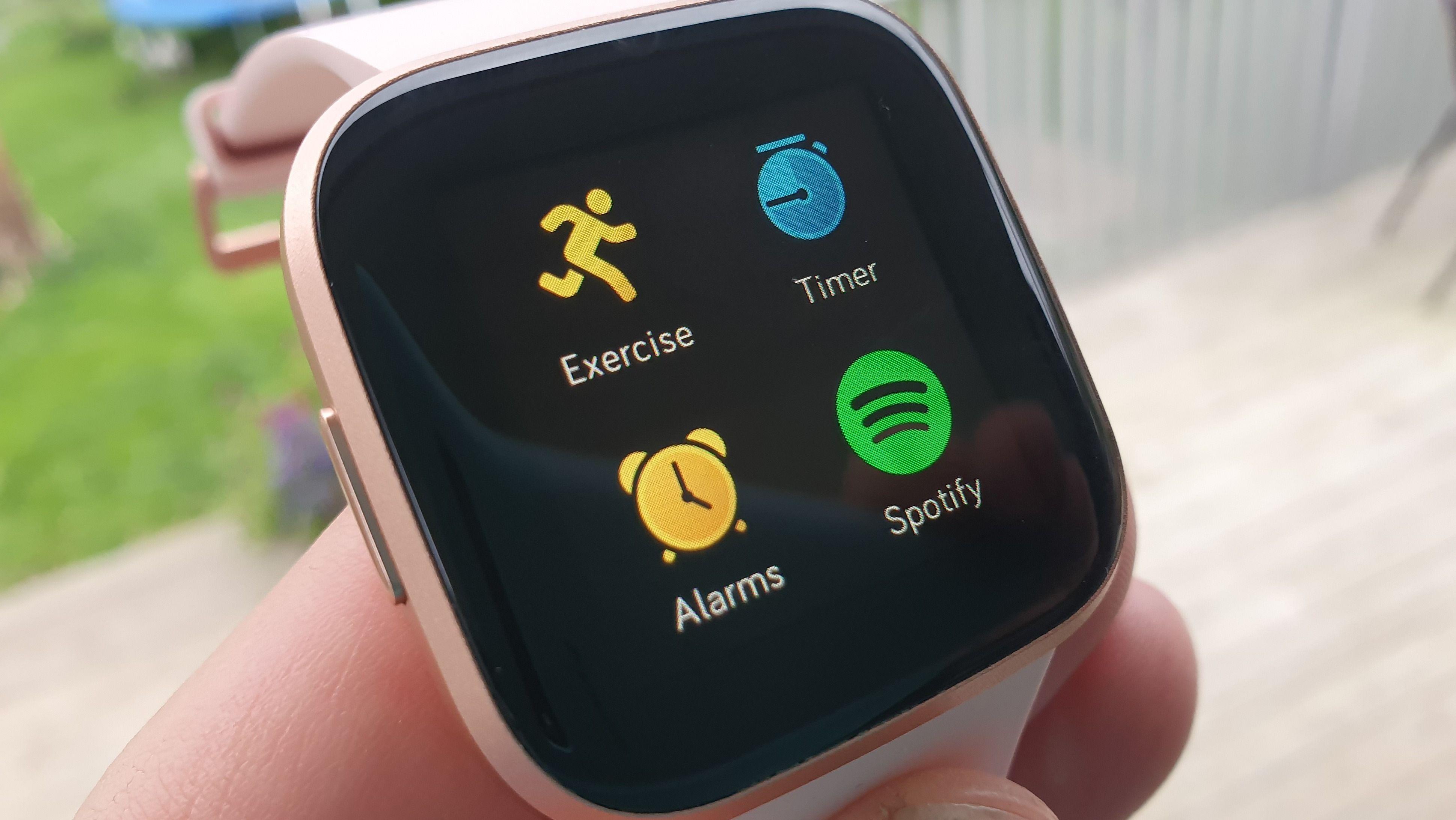Klokken har noen apper ut av esken. Blant annet Spotify.
