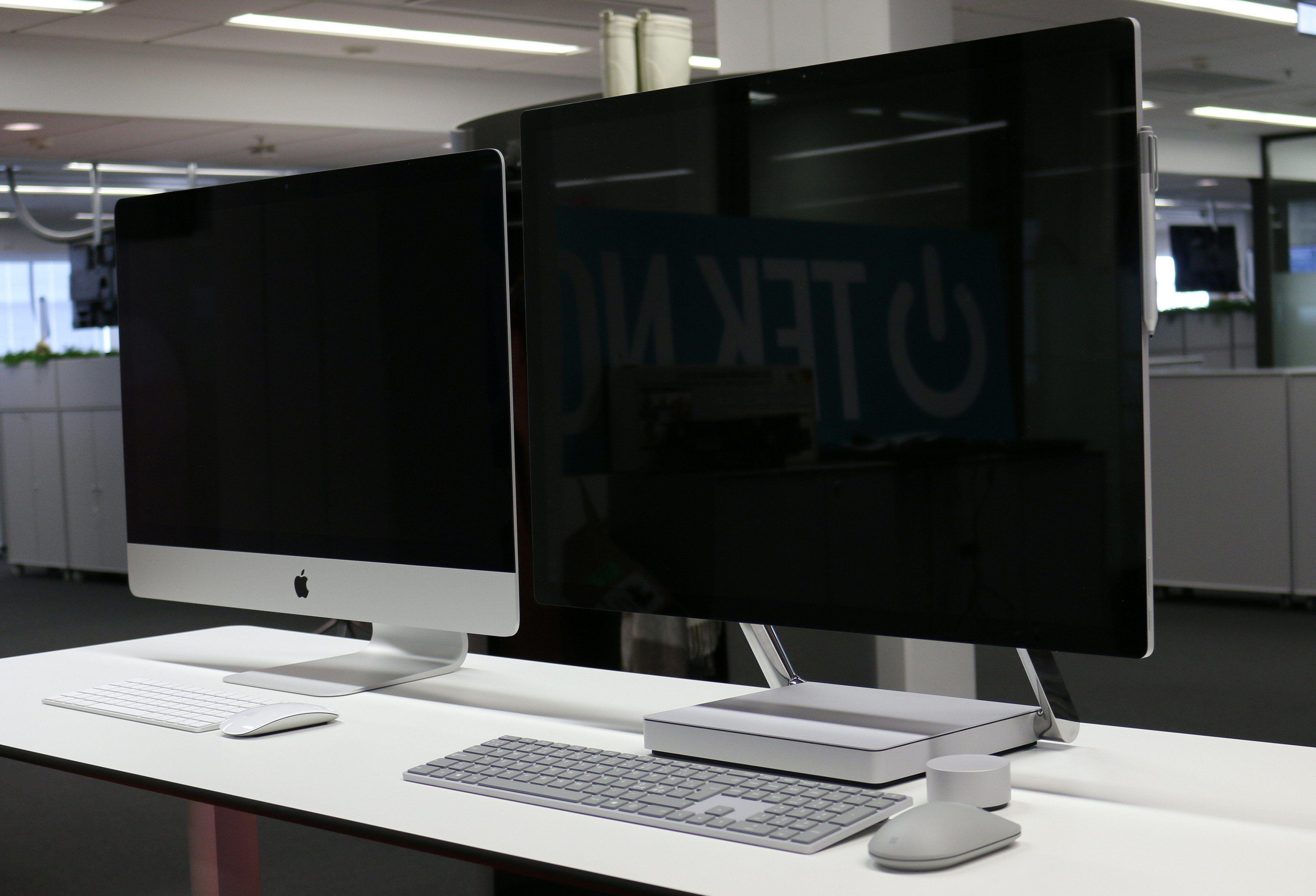 27-tommers Apple iMac til venstre, Surface Studio til høyre. Sistnevnte har en mer reflektiv skjerm.