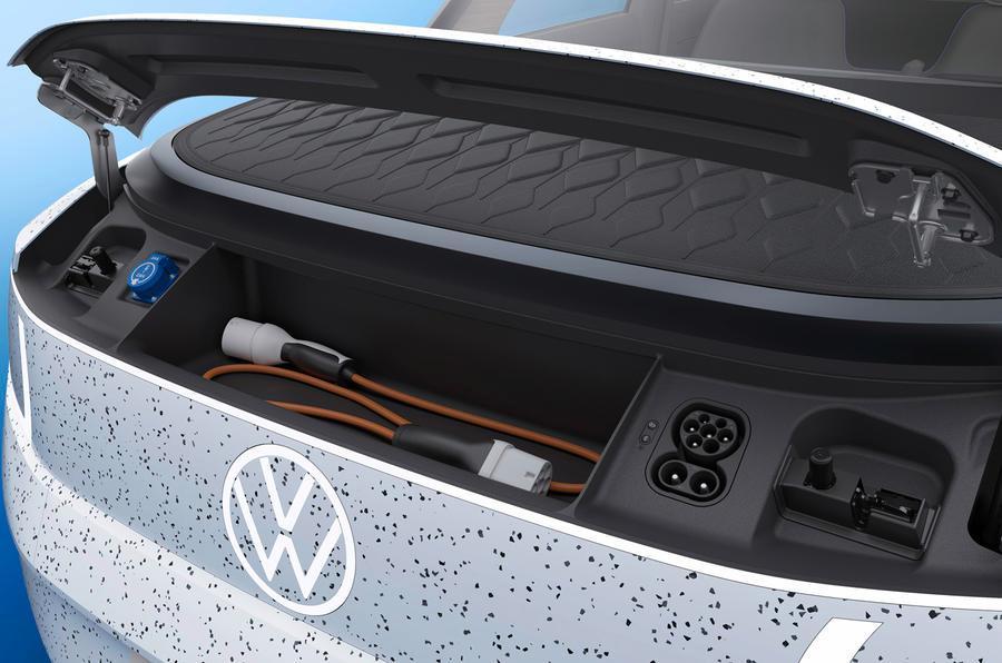 Et eget ladepanel havner foran «frunken» - dette blir den første VW-en med bagasjerom foran. Legg også merke til den blå kontakten til venstre, som kan levere vanlig vekselstrøm.