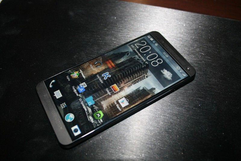 Dette bildet av det som skal være HTC One-etterfølgeren har dukket opp på en russisk nettside. .Foto: @htcfamily_ru / Mobiltelefon.ru