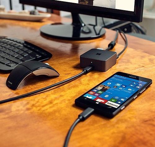 Her er mobilen koblet opp mot Continuum-boksen. Foto: Microsoft