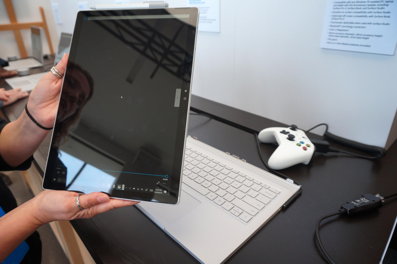 Den 13,5 tommer store skjermen er avtagbar, om du skulle ønske å bruke den som nettbrett.