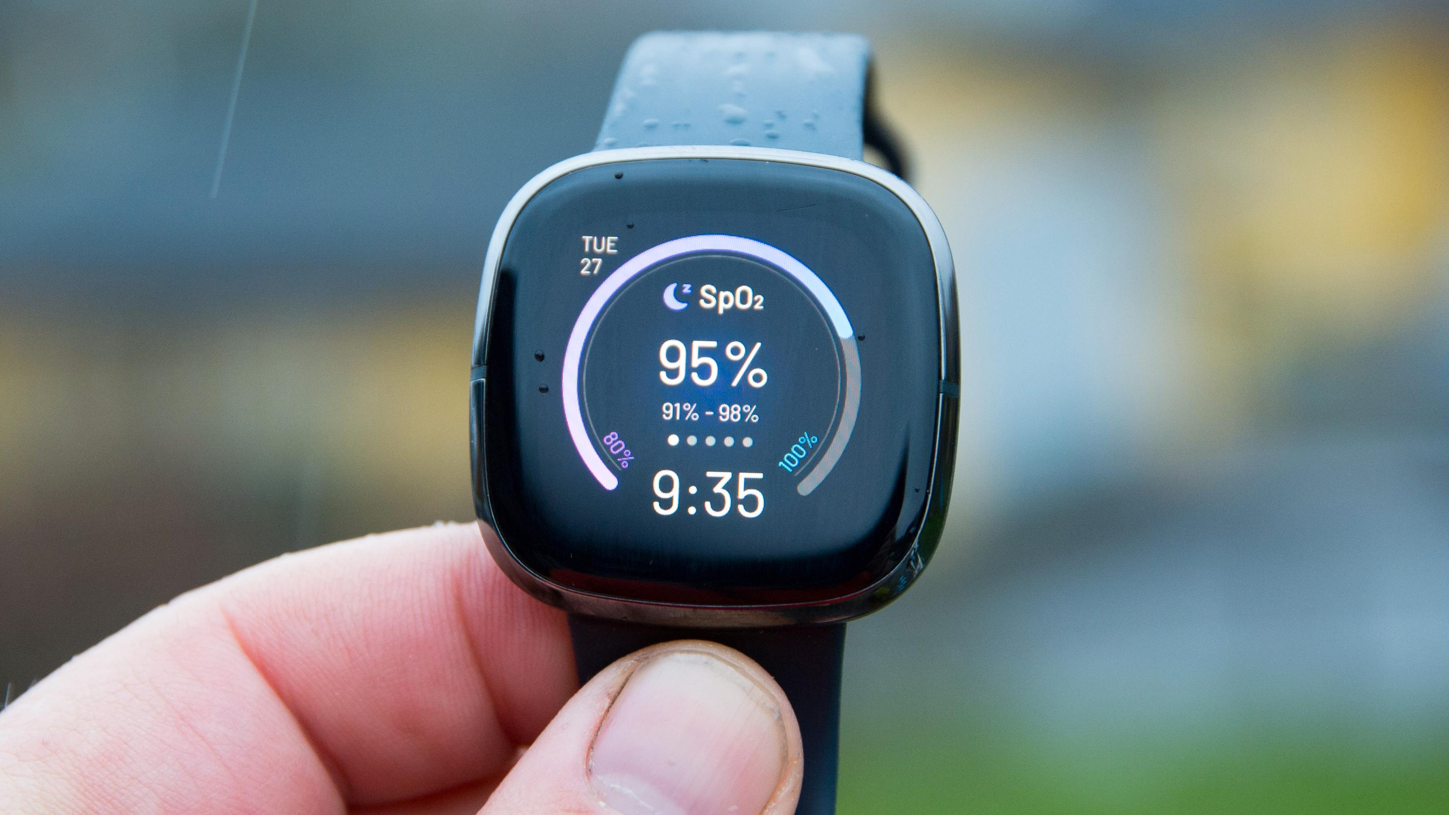 Fitbit Sense (bildet) og Versa 3 kan nå lytte til deg om natten og analysere snorking og generelt støynivå.