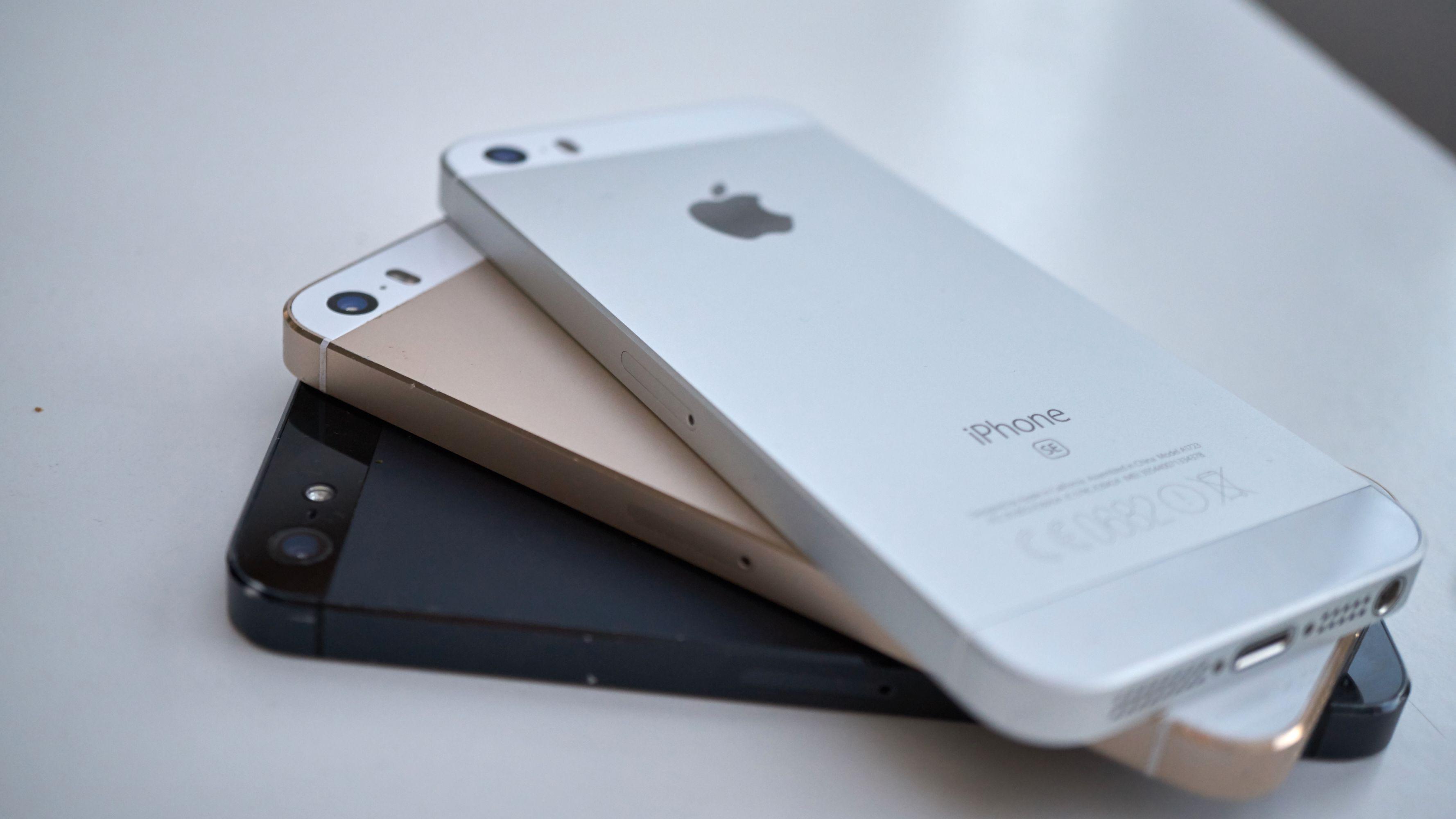 Svart: iPhone 5. Gull: iPhone 5S. Sølv: iPhone SE.