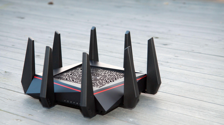 Hvorfor har moderne trådløse rutere, som Asus RT-AC5300 på bildet, så mange antenner? Årsaken er at de bruker såkalt MIMO-teknologi for å sende mange samtidige datastrømmer på samme frekvens, og på den måten øke ytelsen.