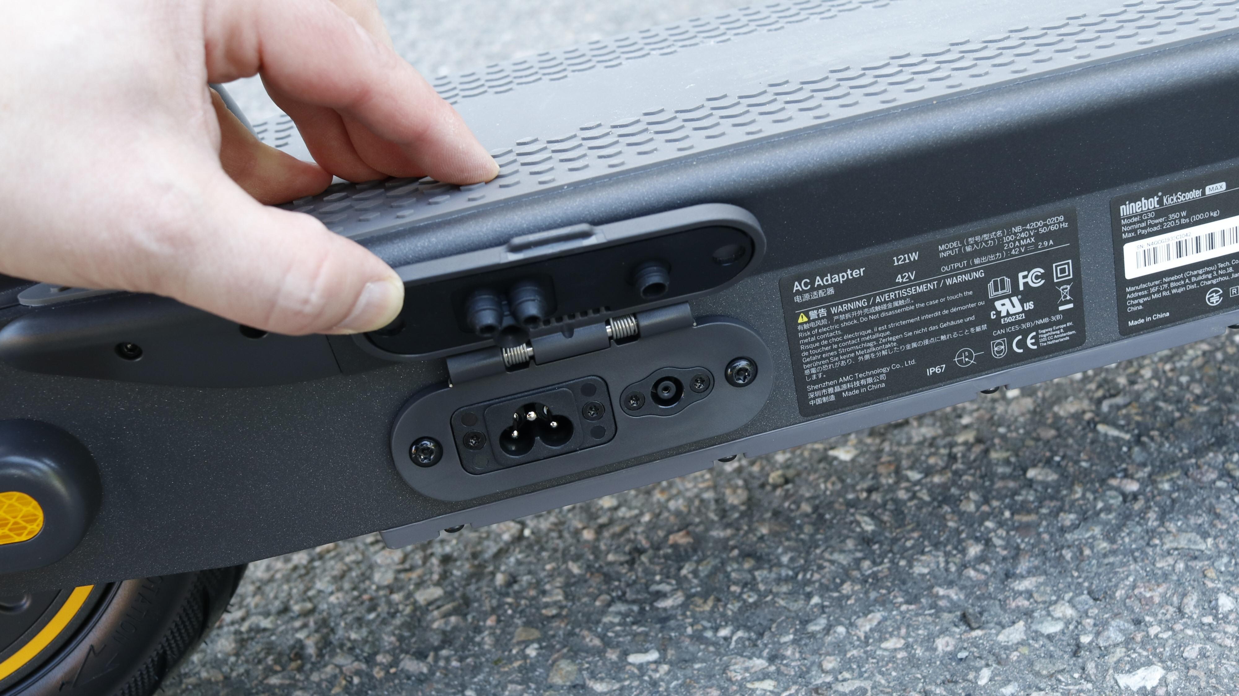 Sykkelen har faktisk integrert batterilader, alt du trenger er en jordet ledning og kontakt.