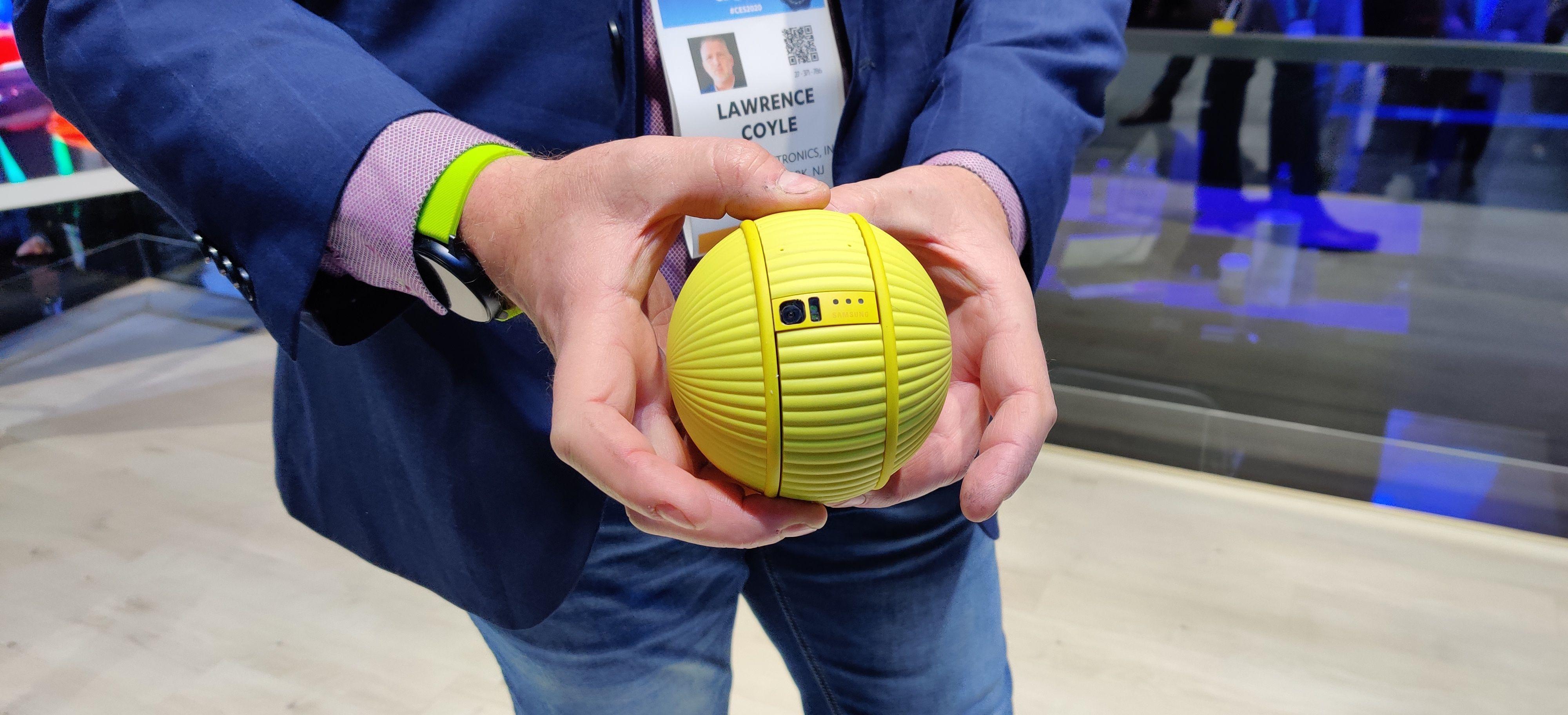 Denne lille ballen fra Samsung var en av flere roboter vi så på messegulvet. Takket være kunstig intelligens skal den også kunne ta avgjørelser som om det trengs å vaskes hjemme for deg, og utkommandere en vaskerobot dersom det trengs.