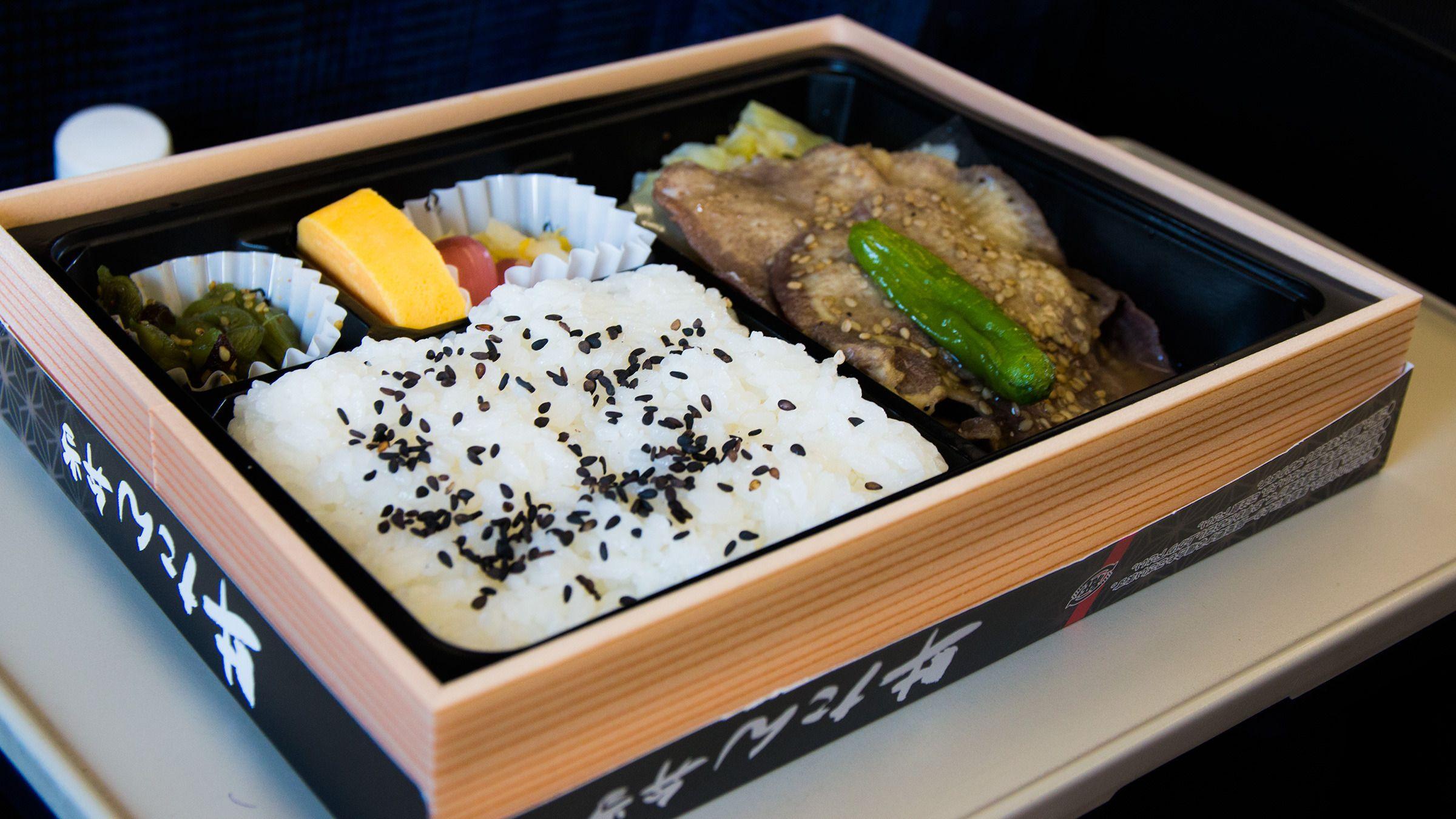 Togvertinnen passerer titt og ofte med en tralle som byr på mat og drikke underveis med Shinkansen.Foto: Varg Aamo, Hardware.no