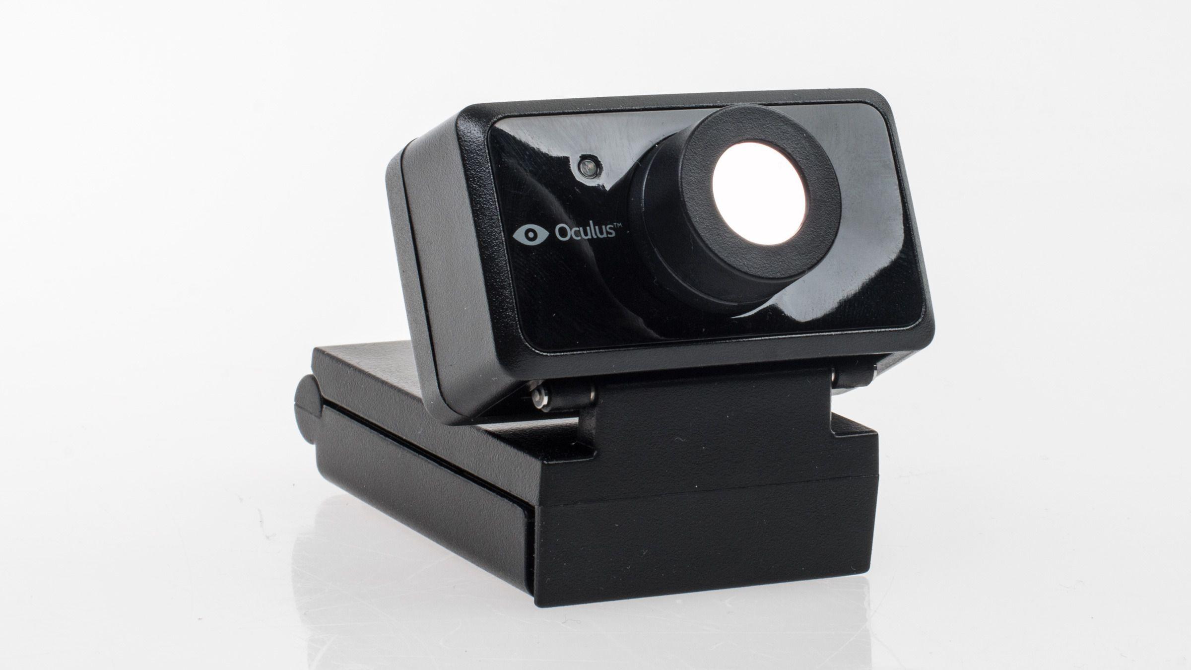 Der vanlige webkameraer som regel har en synlig linse, har bevegelsessporingen til Rift DK2 en speilblank, plan overflate. Den slipper imidlertid gjennom infrarødt lys, som er det som lar den følge med på hodebevegelsene til Rift-brukeren.Foto: Varg Aamo, Tek.no