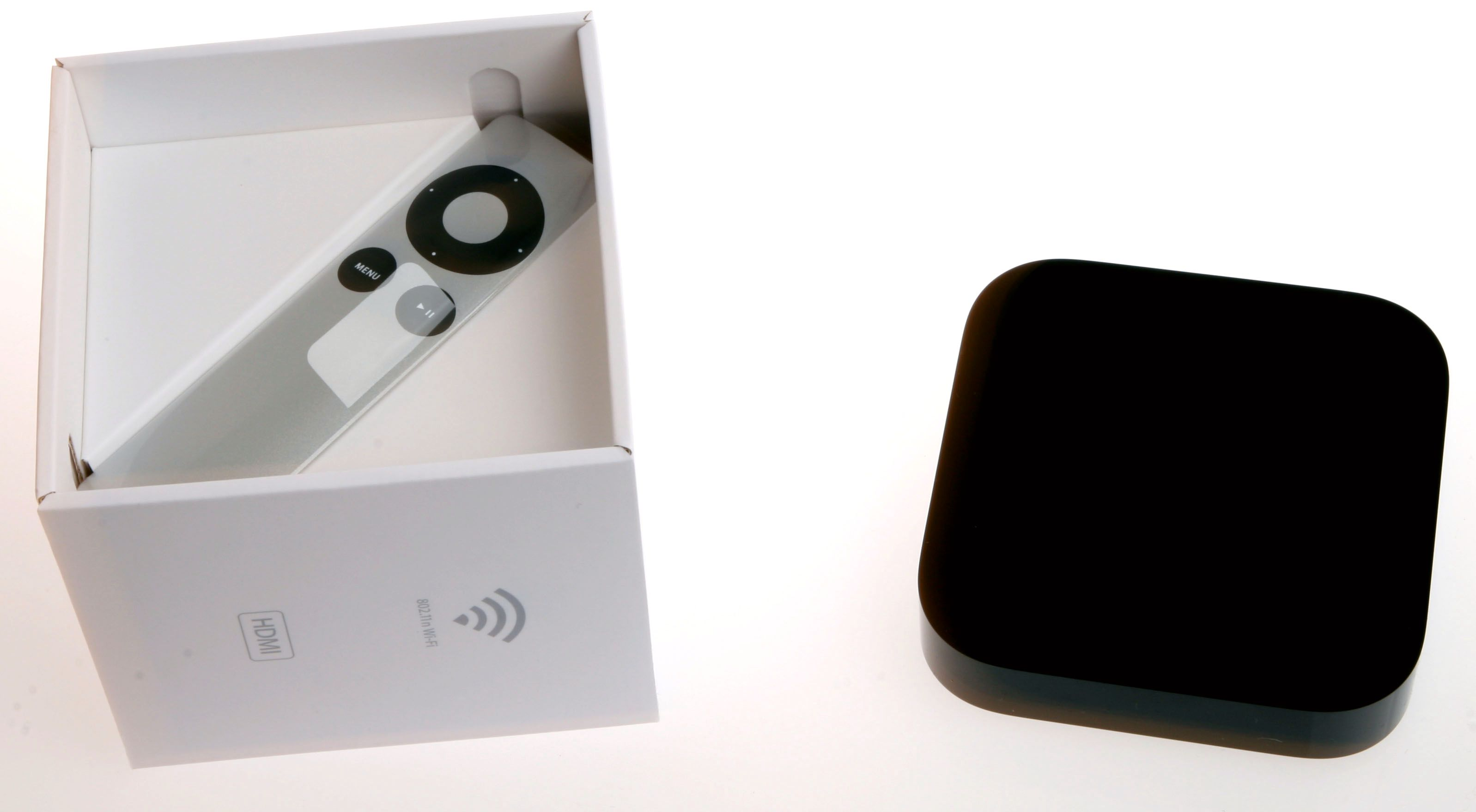 Apple vet hvordan de skal pakke inn ting. Apple TV-en kom i en lekker liten boks, med en fjernkontroll, strømkabel og en bruksanvisning tett pakket sammen i den lille papirboksen.