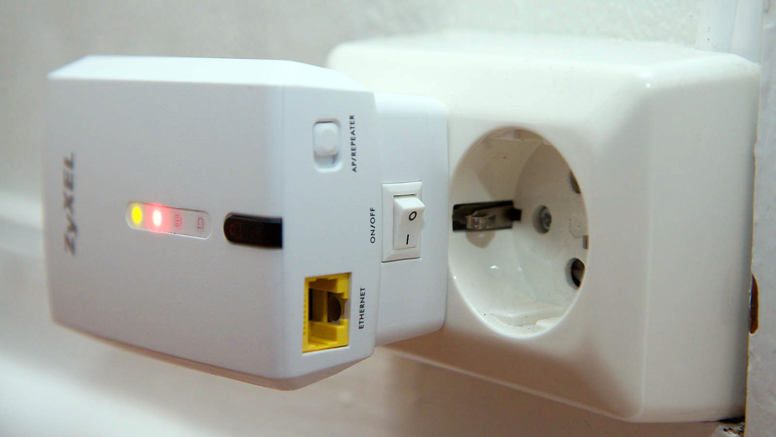 På den ene siden finner du en Ethernet-kontakt, en bryter for å veksle mellom aksesspunkt- eller repeater-modus, samt en av- og på-bryter. .Foto: Kurt Lekanger
