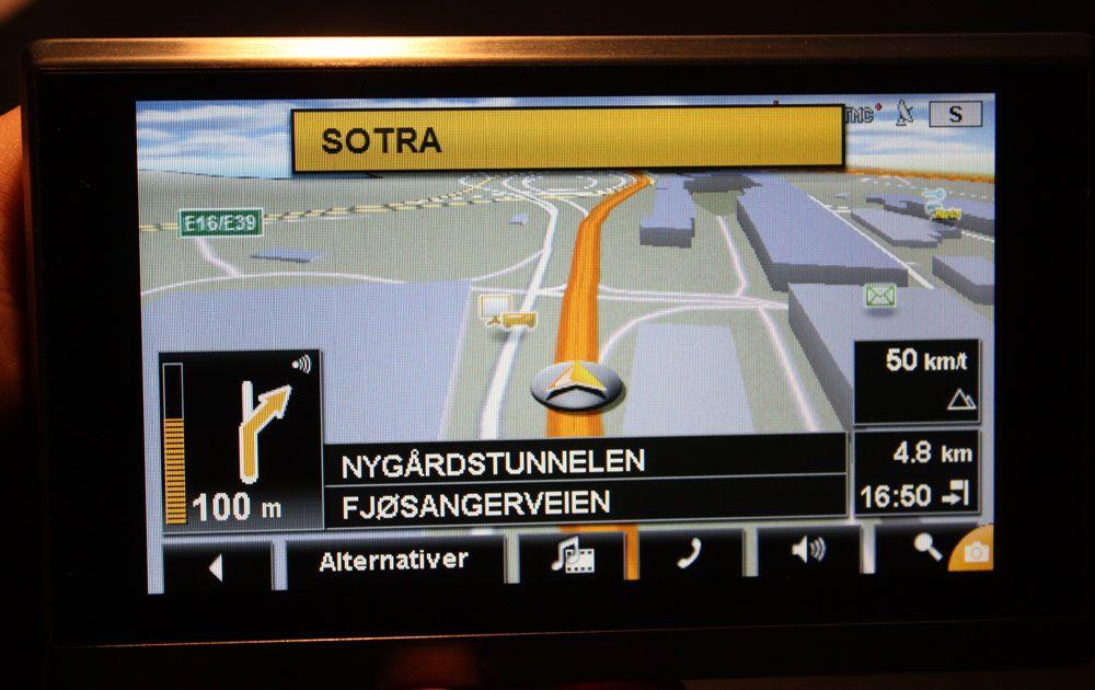 Øverst i skjermen vises skilt som du skal følge.
