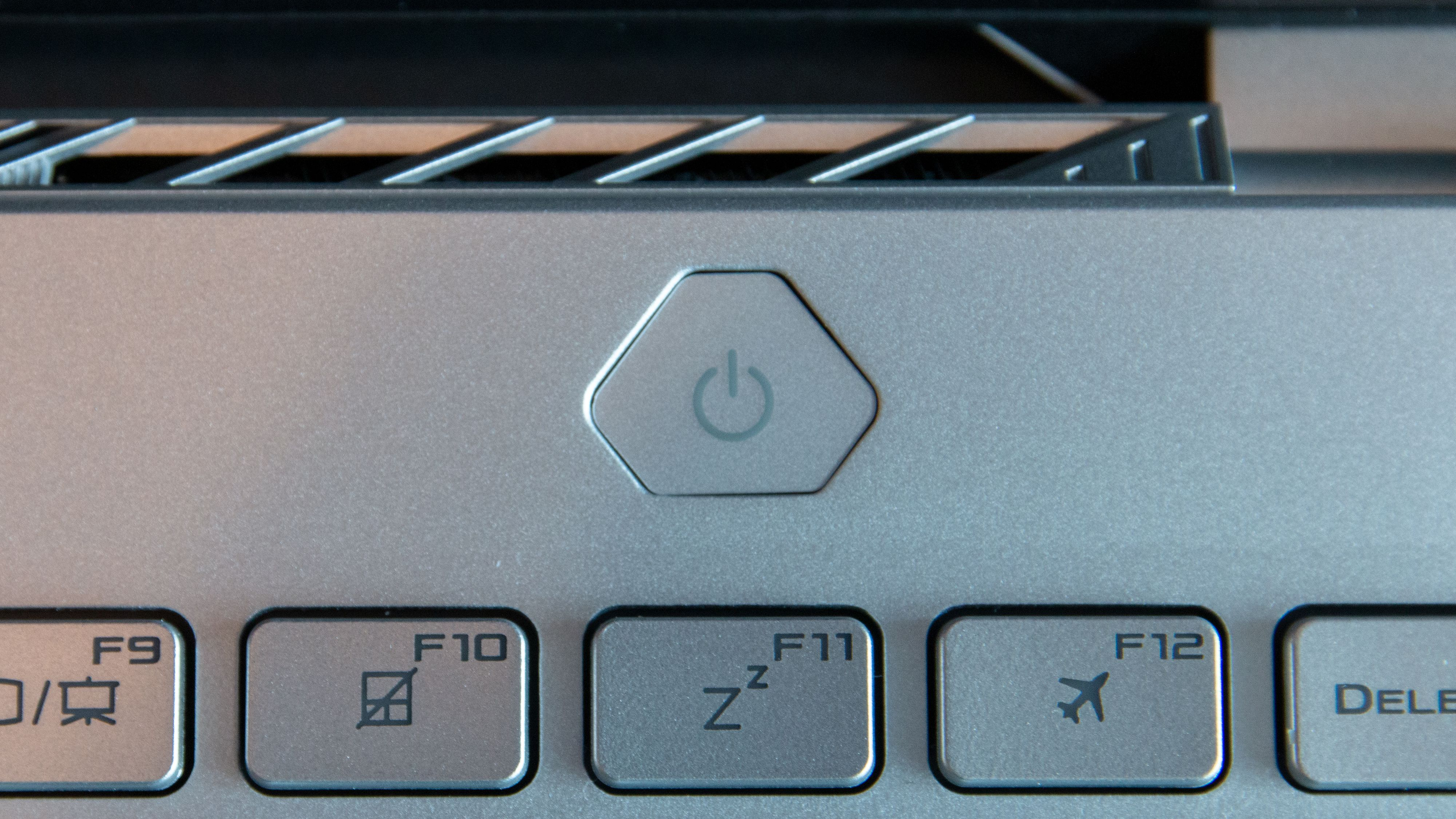 Bygget inn i på-knappen finner du en fingeravtrykksleser som logger deg rett inn i Windows.