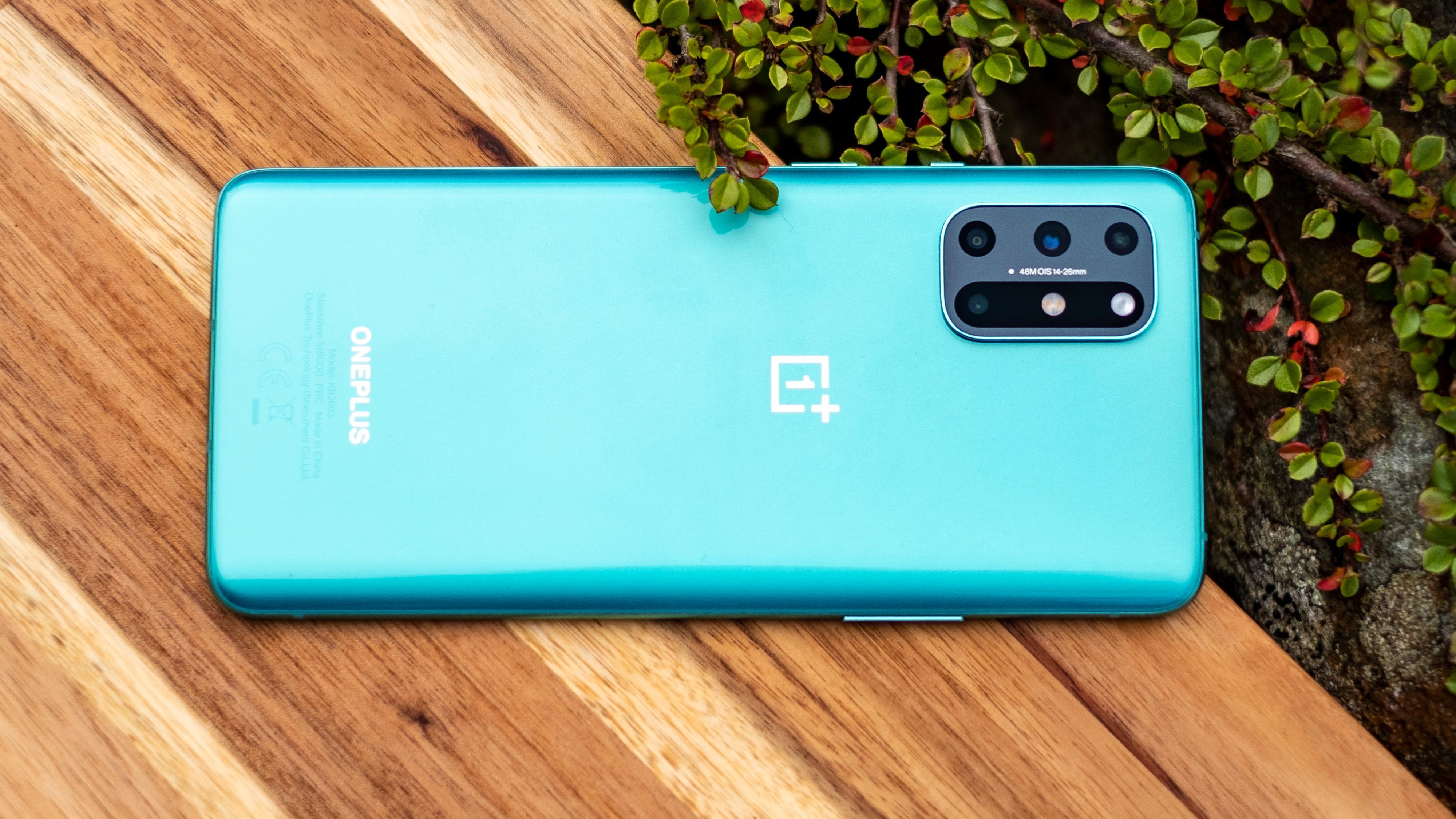 Baksiden på OnePlus 8T-en vi har fått til test er en blågrønn variant, der selskapet skal ha jobbet mye og lenge med å få fargen akkurat riktig.