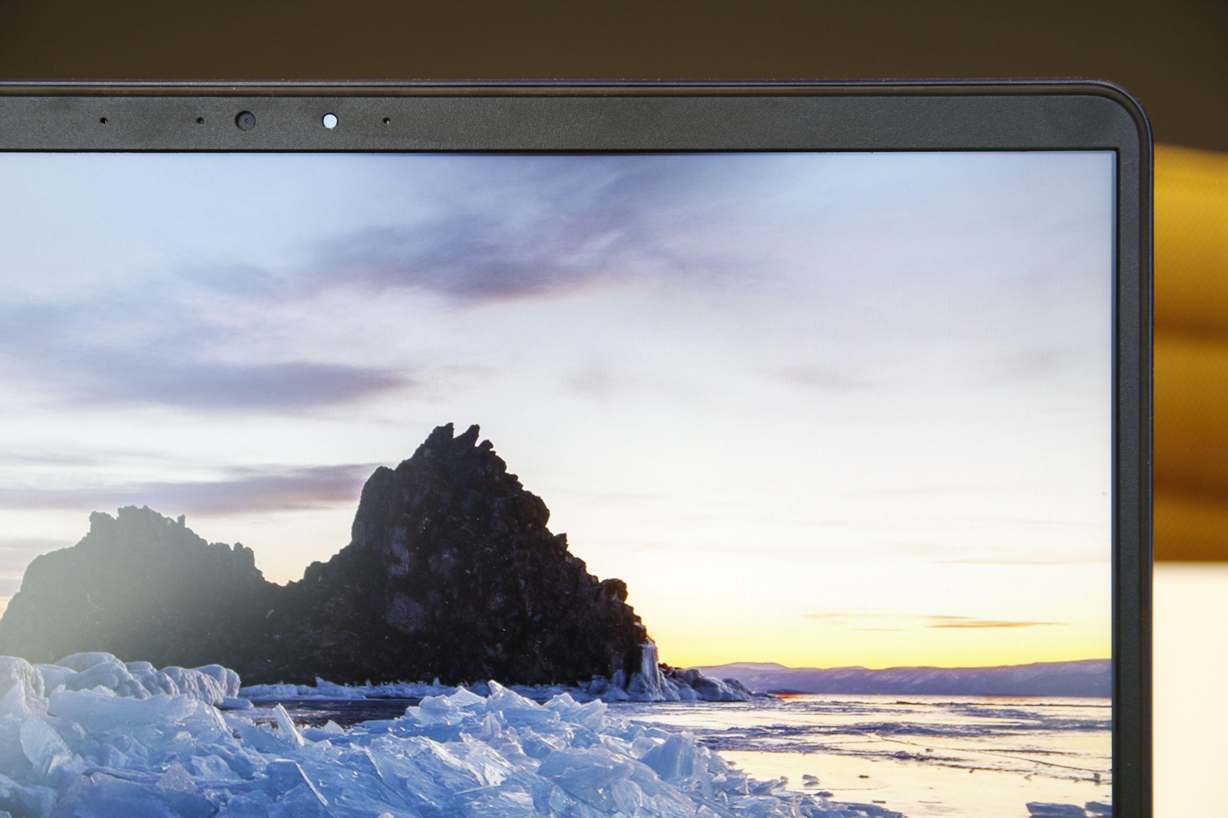 Du får tynne skjermrammer og et matt panel med gode og aldri overdrevet mettede farger.