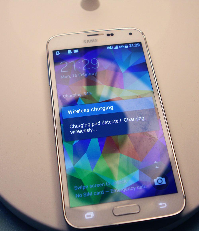 Samsung S5 med ladedekselet sitt på. Foto: Niklas Plikk, Teknofil.no