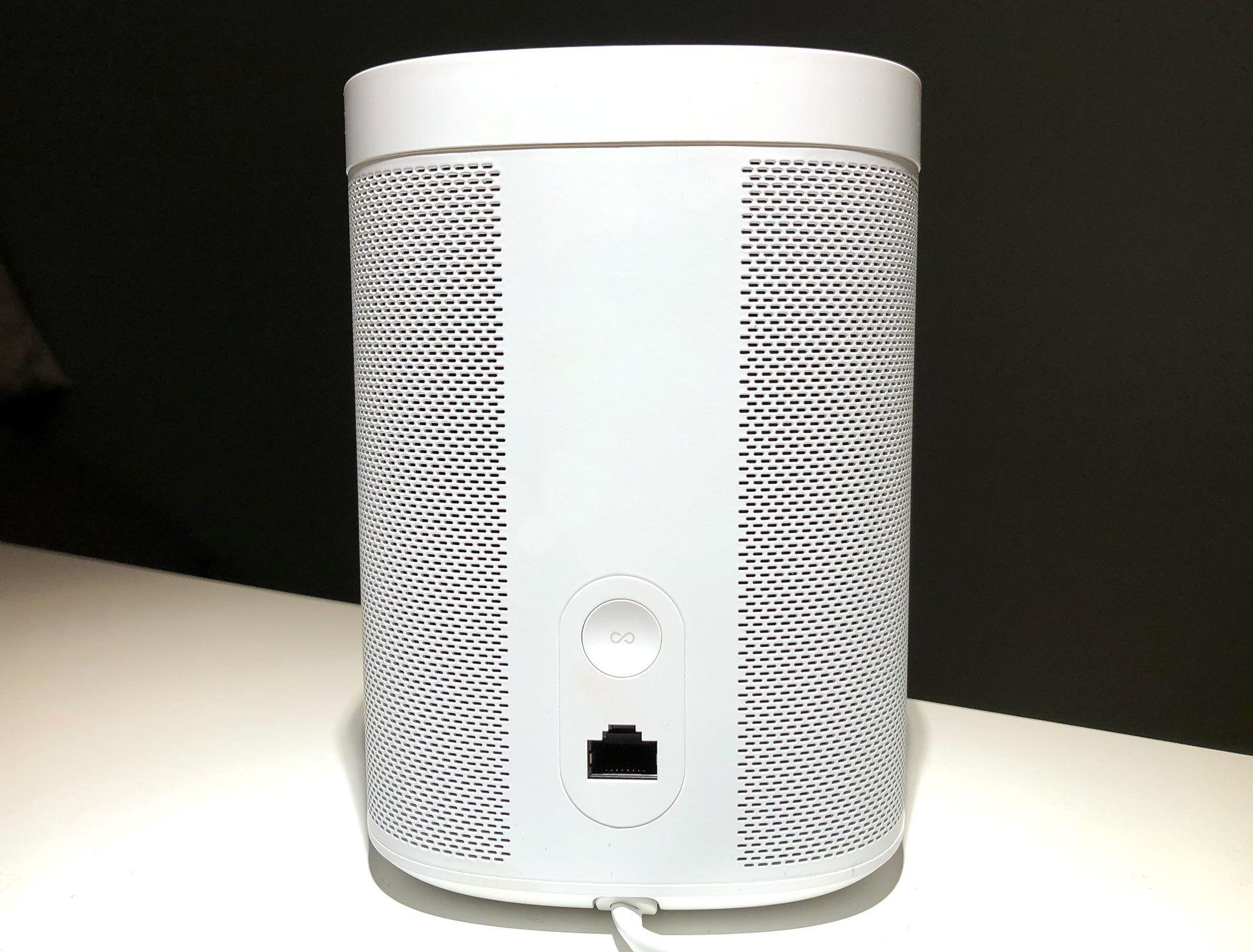 Den eneste fysiske knappen på Sonos One finner du på baksiden, som du bruker når du setter opp høyttaleren.