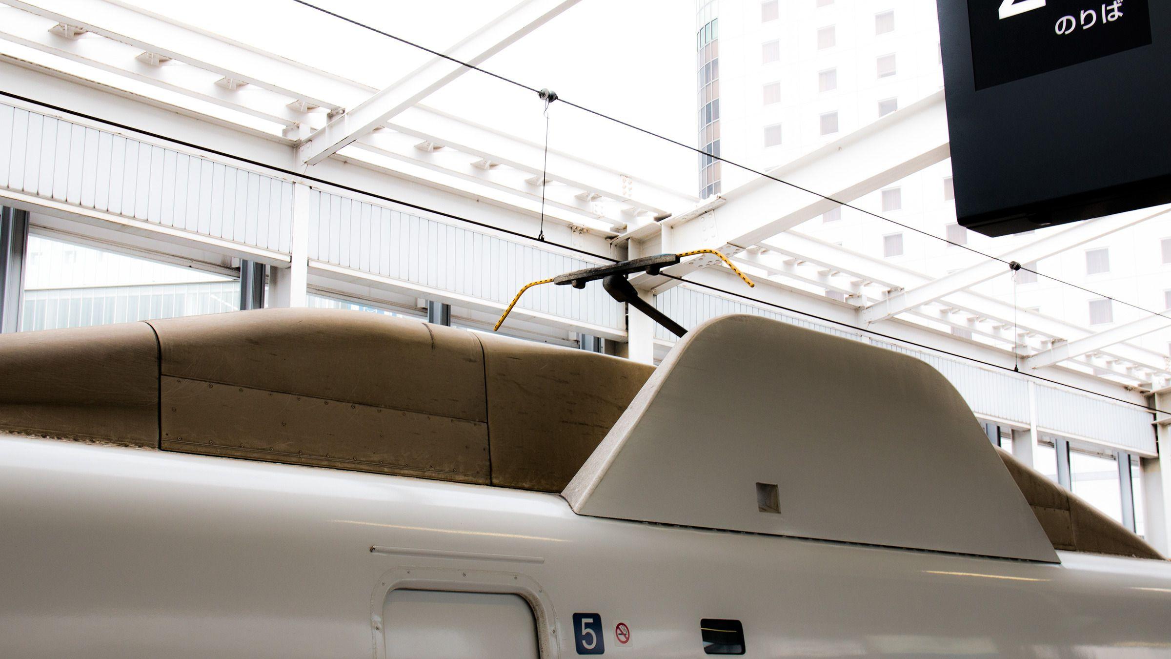 Både HIKARI- og SAKURA-togene går selvfølgelig på strøm, men for å holde aerodynamikken intakt er det montert solide finner rundt strømavtakerene – pantografene – på taket.Foto: Varg Aamo, Hardware.no
