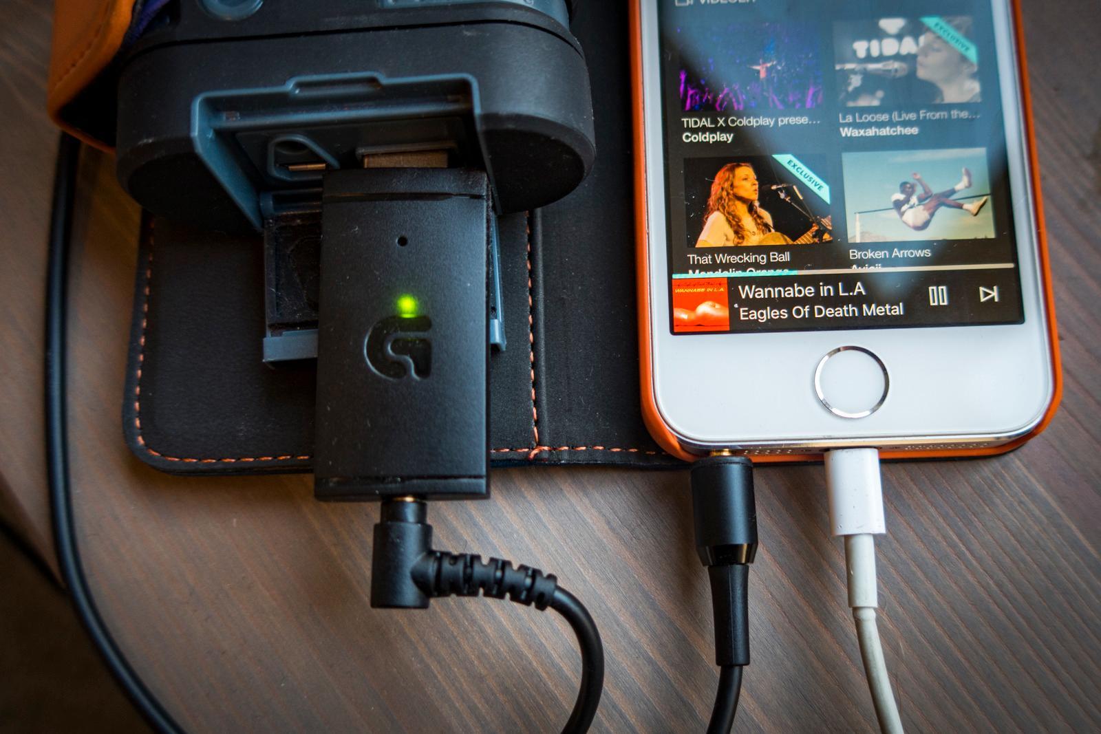 Så lenge senderen har strøm kan du koble til hva som helst med mini-jack; her har vi koblet til telefonen og henter strøm fra et nødbatteri. Foto: Kristoffer Møllevik, Tek.no