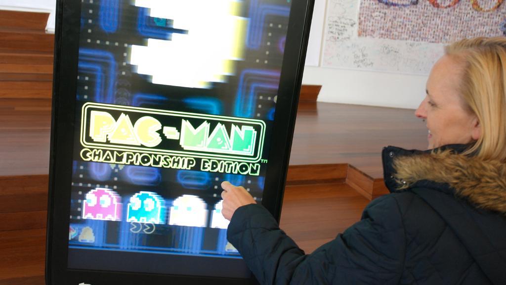 Googles internasjonale pressekontakt Maggie Shields viste oss Pacman på en gigantisk Android-telefon. (Foto: Finn Jarle Kvalheim)