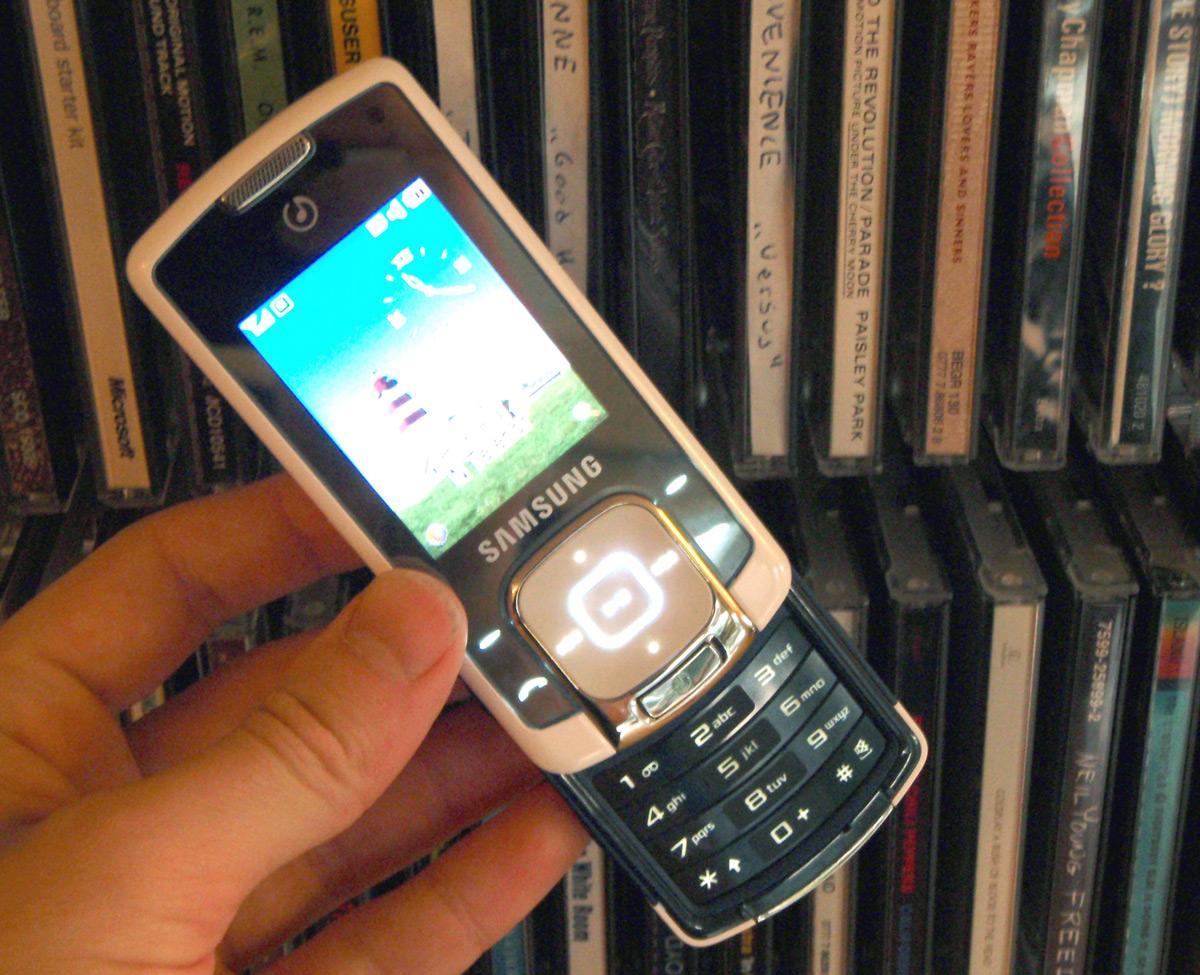 De berøringsfølsomme tastene på fremsiden av telefonen gjør Samsung F330 nærmest umulig å bruke.
