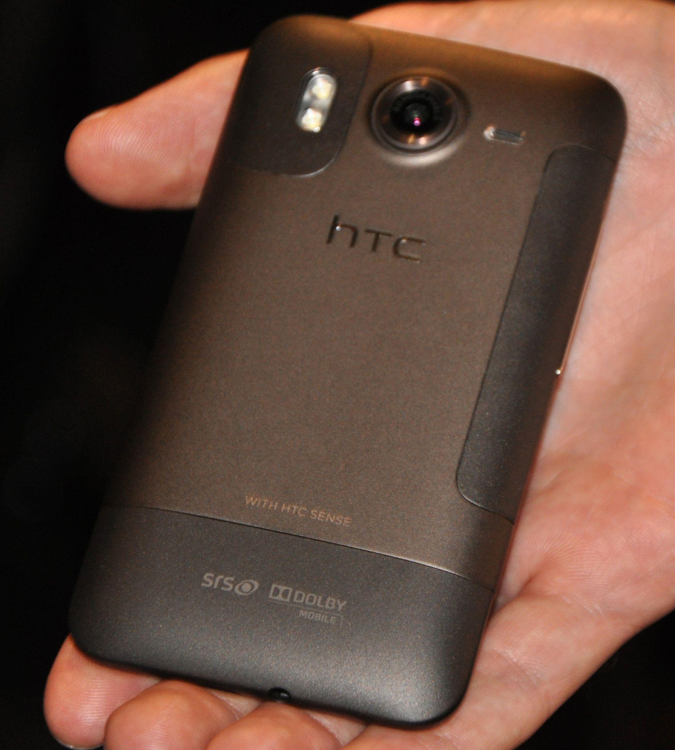 Slik ser baksiden av Desire HD ut. Til høyre ses batteriluken som kan åpnes. Telefonen kjennes svært solid i hånden.