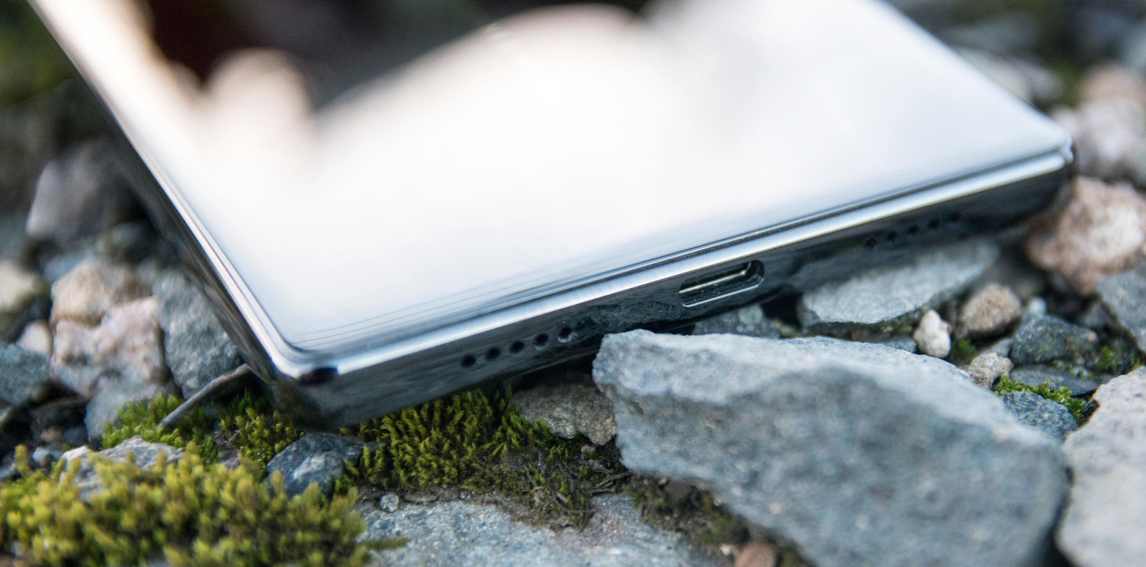 Batteriet varer i evigheter, og når det er tomt lader du telefonen raskt igjen med USB type-C og Qualcomms Quick Charge 3.0. Telefonen bruker rundt en halvtime på å nå 80 prosent.