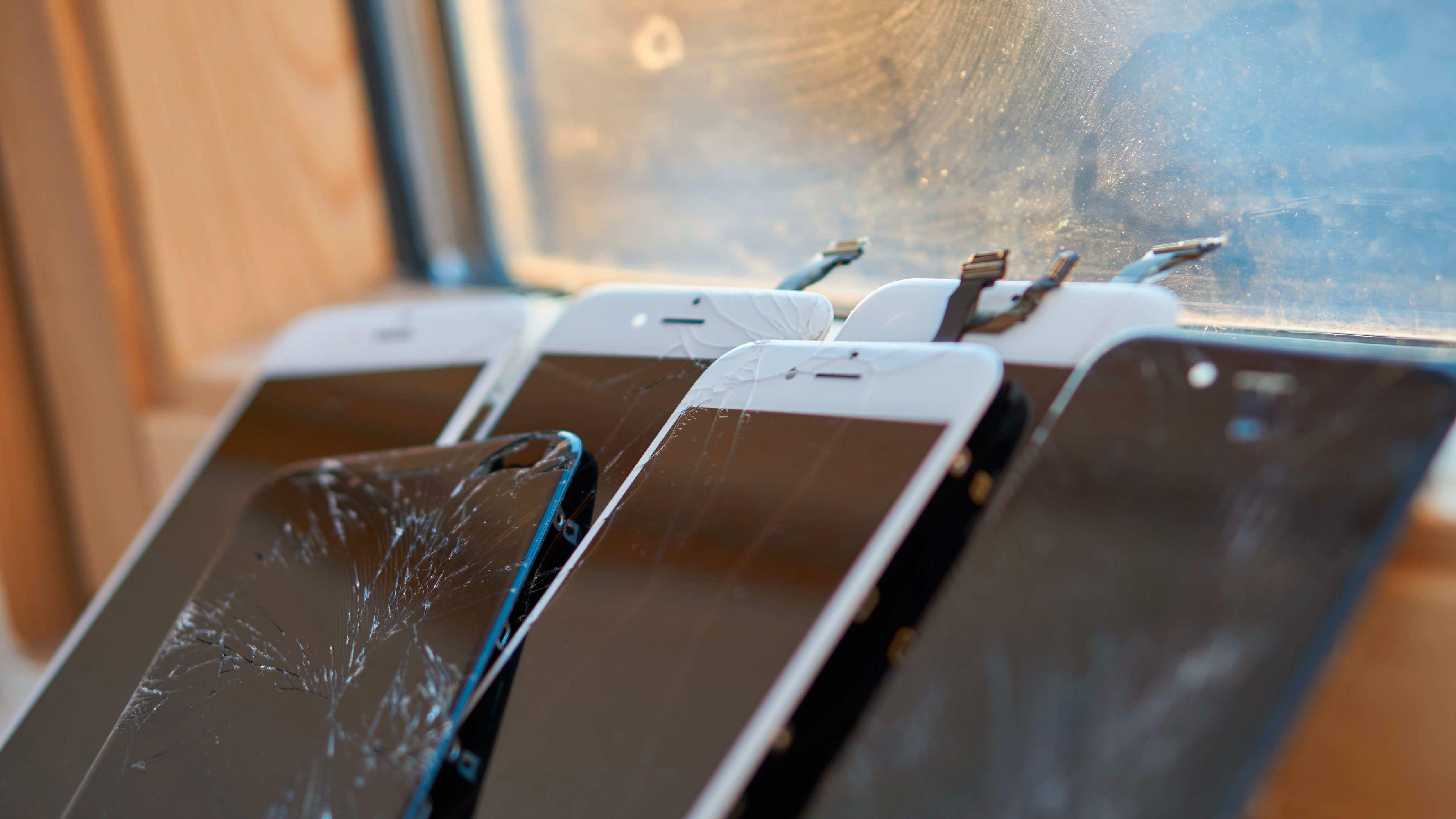 Noen av de fungerende skjermene med knust glass vi hadde liggende.