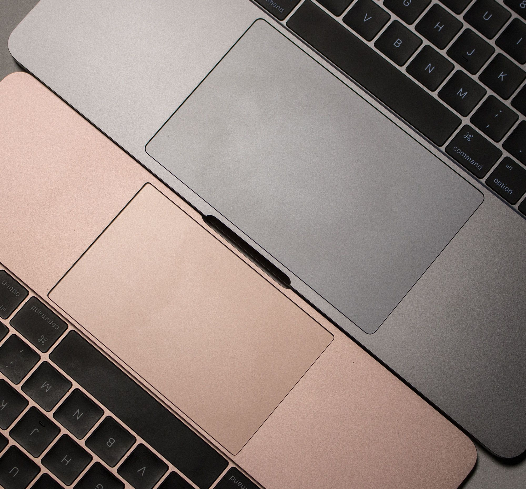Pekeplaten har blitt omtrent dobbelt så stor som hos MacBook Pro 2015. Her sammenlignet med MacBook 2016, som også byr på en stor pekeplate.