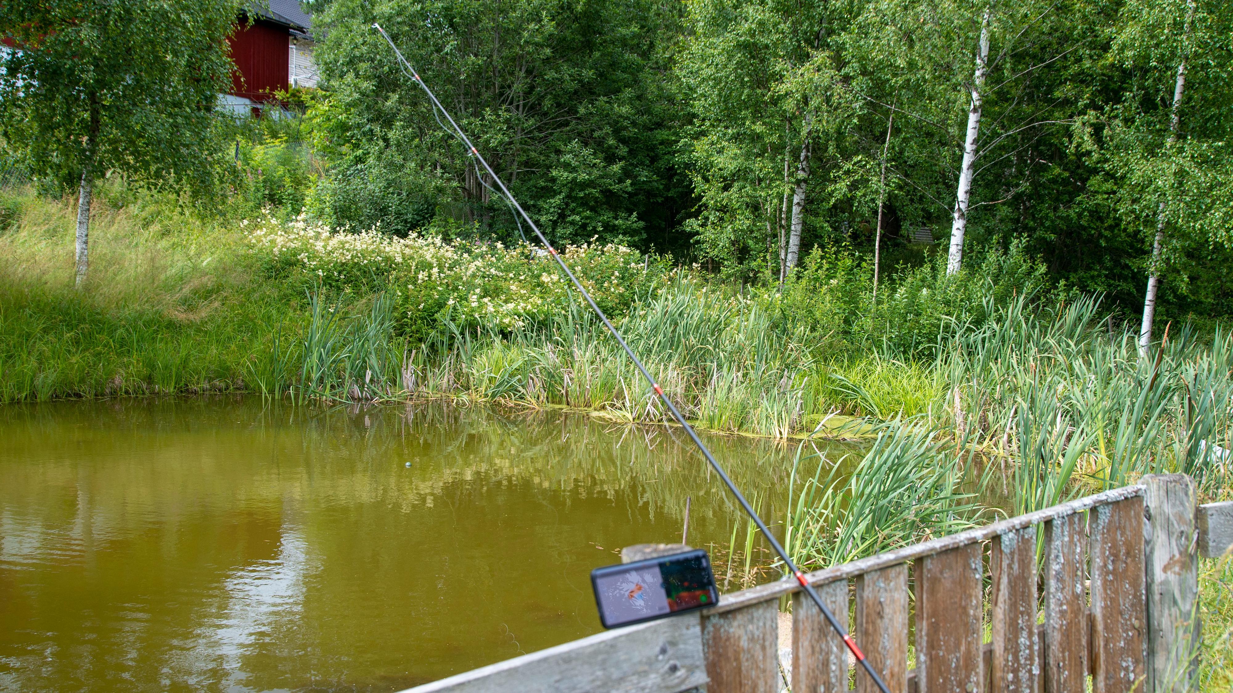 Det lønner seg å ha telefonen litt plassert over vannflaten. Da er du helt sikker på at kommunikasjonen fungerer best mulig.
