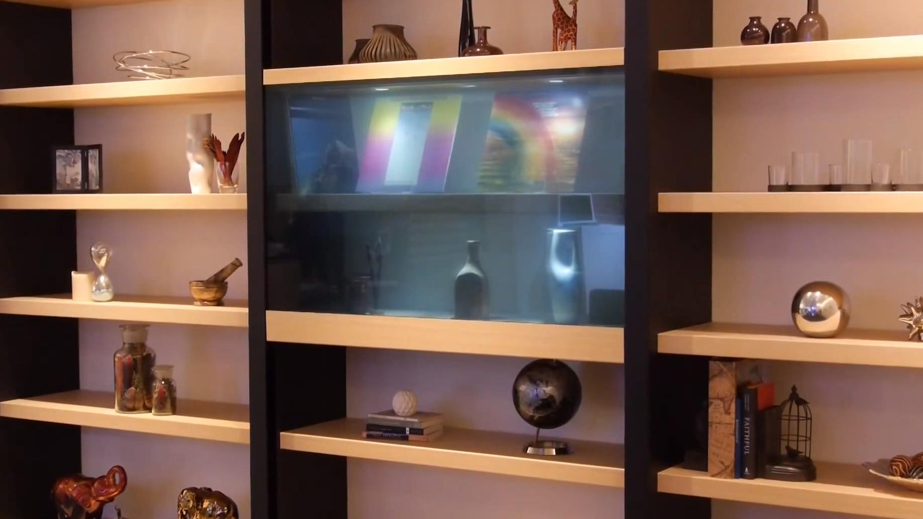 Nei, det er ikke en glassdør, det er Panasonics nye gjennomsiktige TV