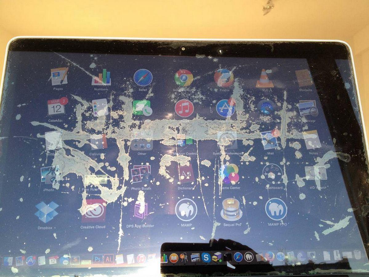 Her sees skjermen øverst med skjermen påslått. Ikke et vakkert syn, akkurat. Foto: Staingate.org