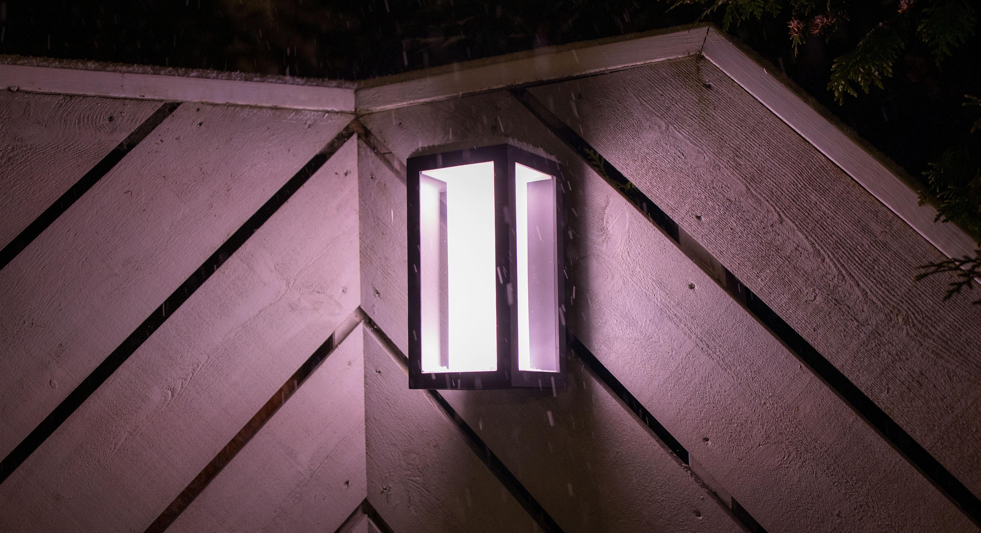 Impress-lampene finnes i en rekke forskjellige varianter – både som kan henges opp eller festes i bakken, store og små. Dette er den «vanlige» veggversjonen, men den kommer også i en XL-versjon.