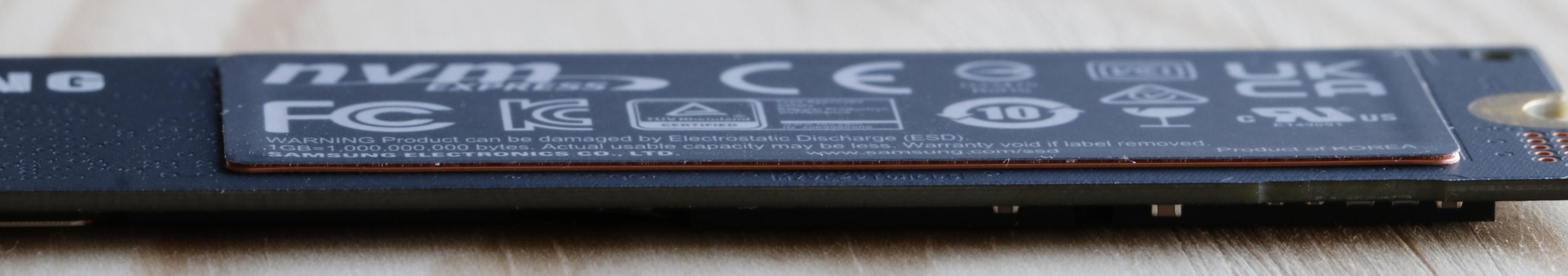 Samsungs M.2-SSD-er har et «klistremerke» på baksiden som også fungerer som varmespreder.