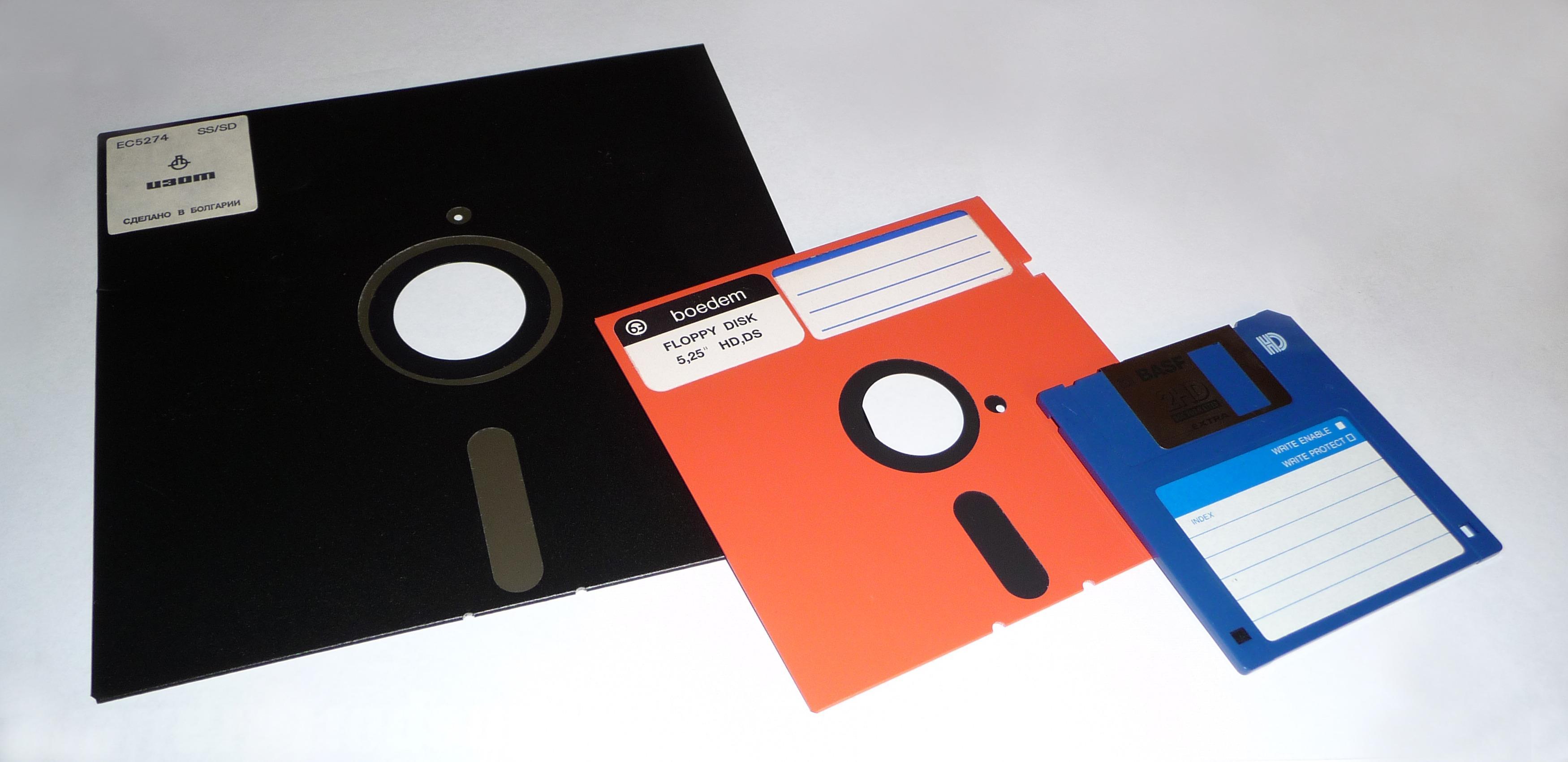 Disketten ble mer transportvennlig da den krympet fra åtte til fem og en kvart tomme (rød floppydisk). Til høyre en nyere 3,5-tommers diskett. Foto: George Chernilevsky / Wikimedia Commons